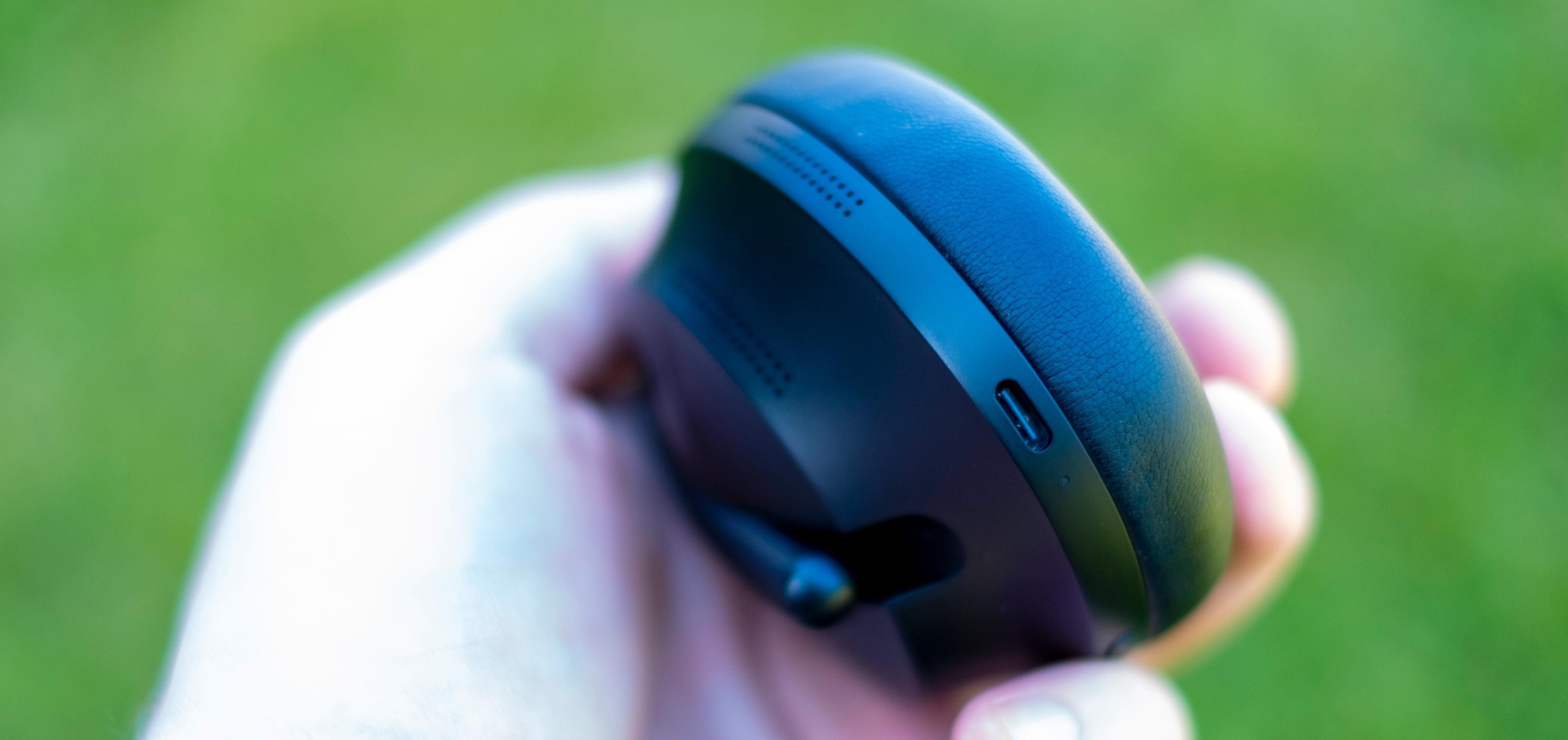 Bose NCH 700 bytter ut Micro-USB til fordel for USB-C. Velkommen etter høres i det fjerne fra samtlige konkurrenter.