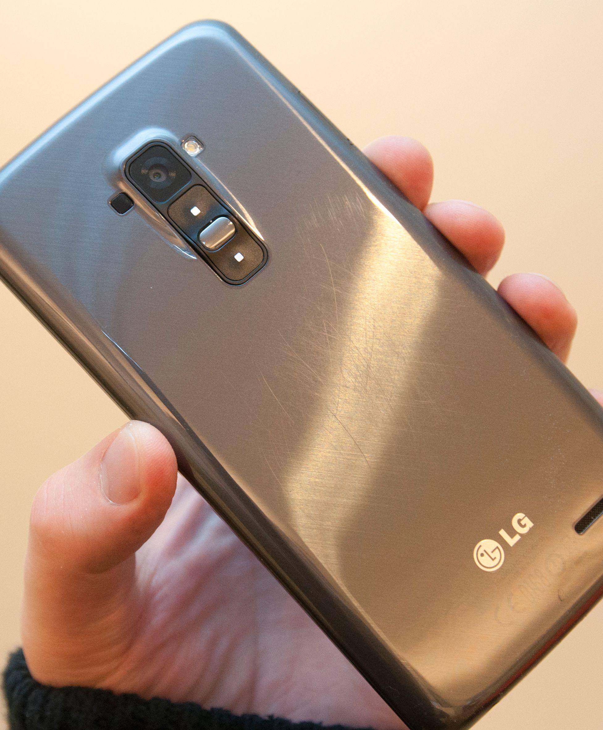 Etter litt skraping fremstår telefonen slik på baksiden. Det er mulig at noen av skrapene er for dype til å bli bedre av seg selv, men vi registrerer at også de lette skrapene ser ut til å bli værende.Foto: Finn Jarle Kvalheim, Amobil.no