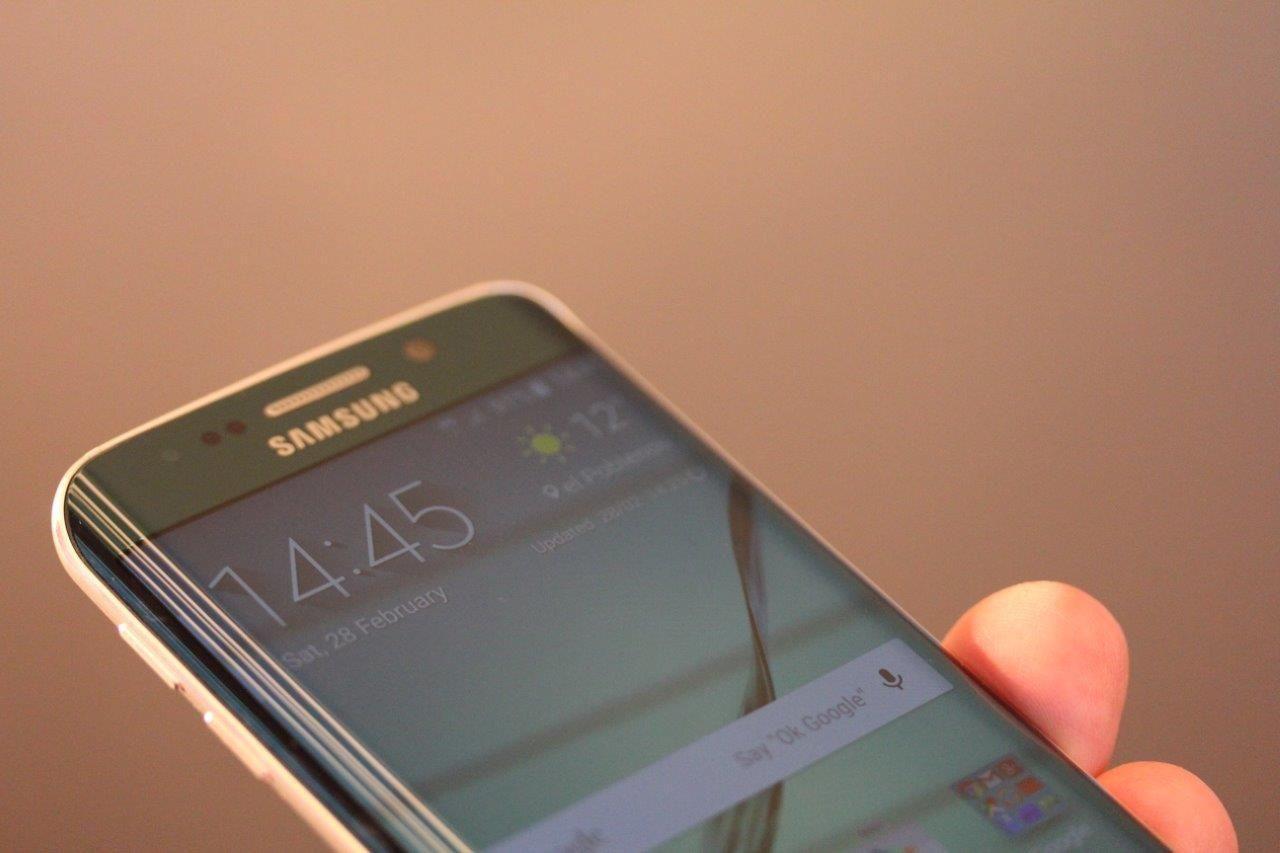 Den buede skjermen blir visstnok kun å finne på én Samsung-toppmodell neste år. Dette er Galaxy S6 Edge. Foto: Espen Irwing Swang, Tek.no