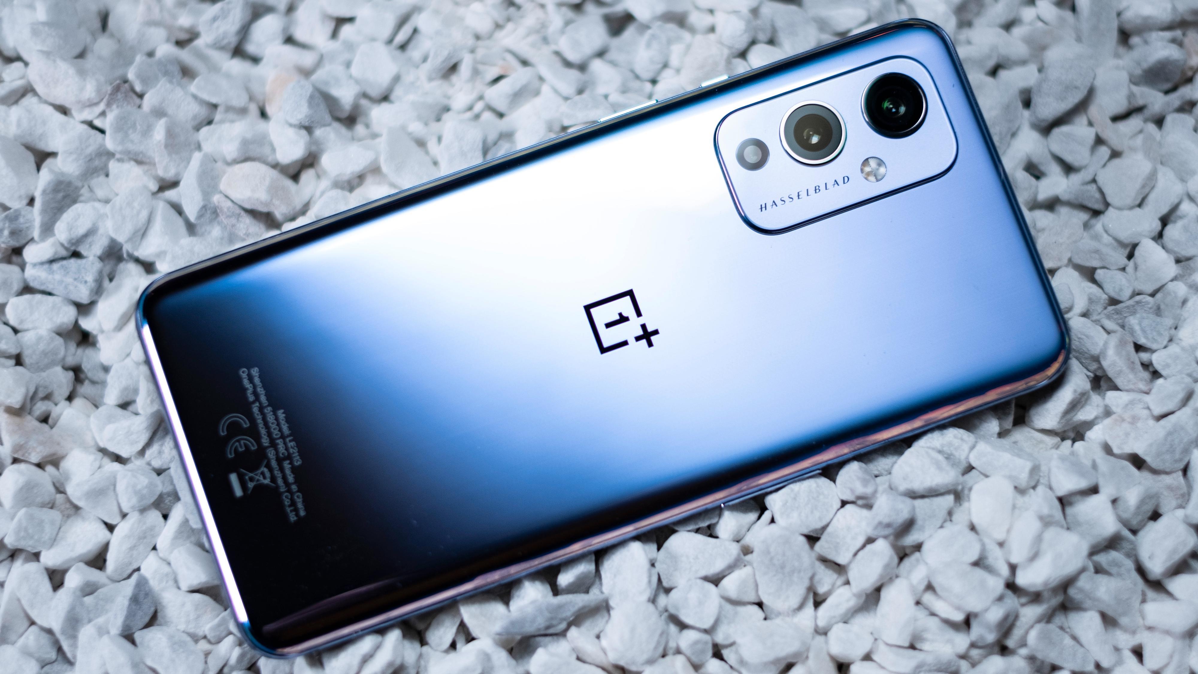 Som OnePlus 9 Pro finnes også den vanlige «niern» i en blank utgave med frosting øverst på telefonen. En liten ulempe er at den er blank akkurat der fettfingrene holder telefonen - dermed blir det en del fingermerker på denne utgaven.