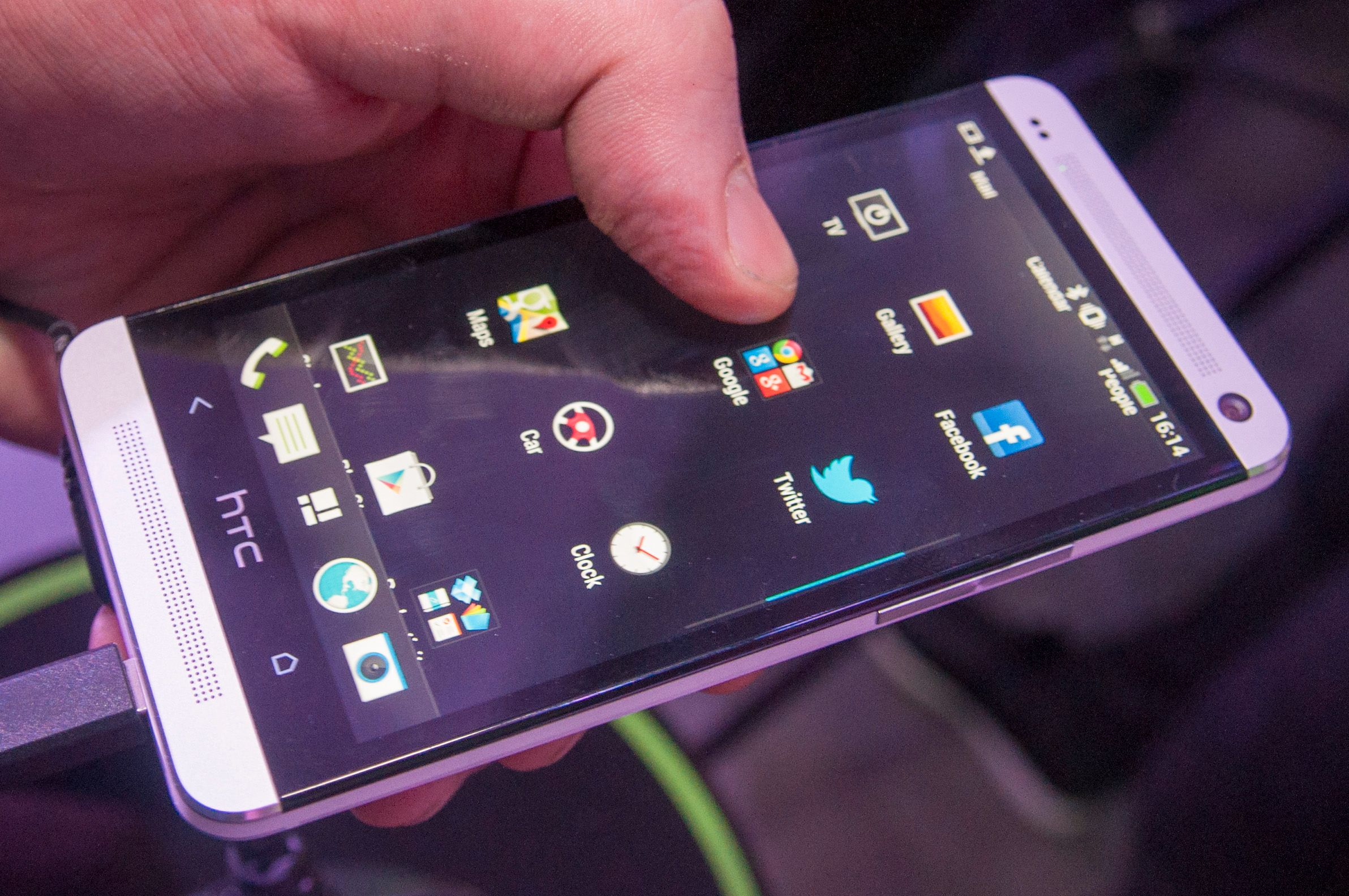 HTC har puttet inn mye luft i app-menyen sin. Den snodige knappen i midten nederst tar deg direkte til BlinkFeed-funksjonen.Foto: Finn Jarle Kvalheim, Amobil.no