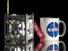 PhoneSat er bare litt større enn en kaffekopp.Foto: NASA