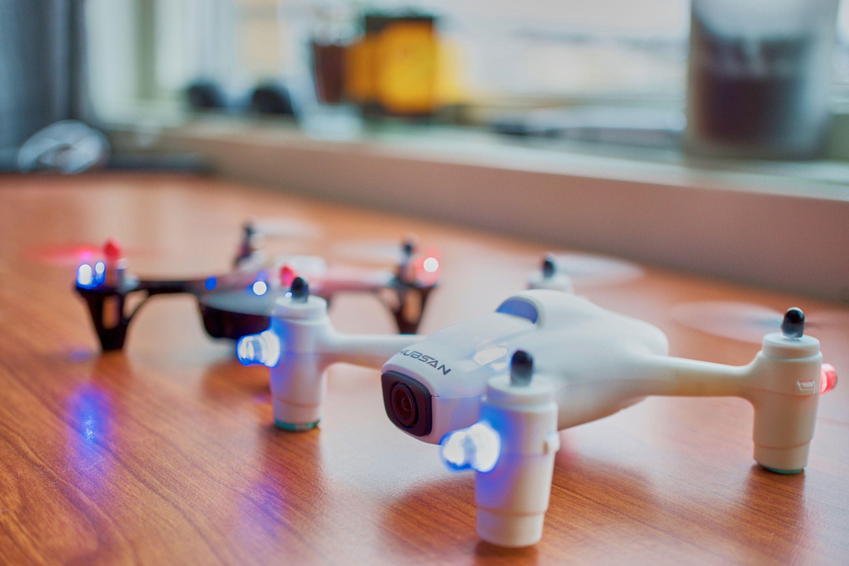 Motorene i X4 Plus leverer rikelig med krefter, men dronen oppleves allikevel som litt seigere enn sin forgjenger i bakgrunnen.