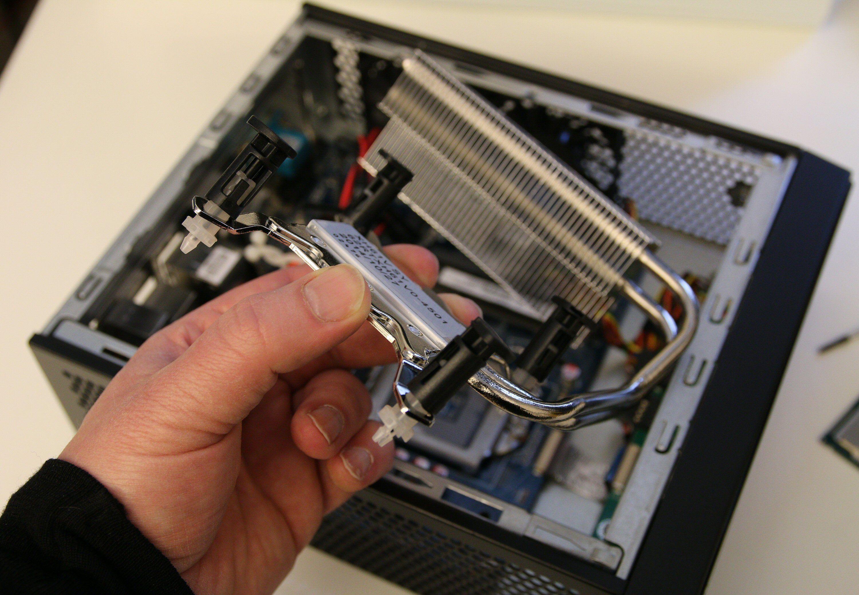 Varmen fra prosessoren ledes via varmerør til en kjøleribbe som luftes av kabinettviftene. Foto: Vegar Jansen, Tek.no
