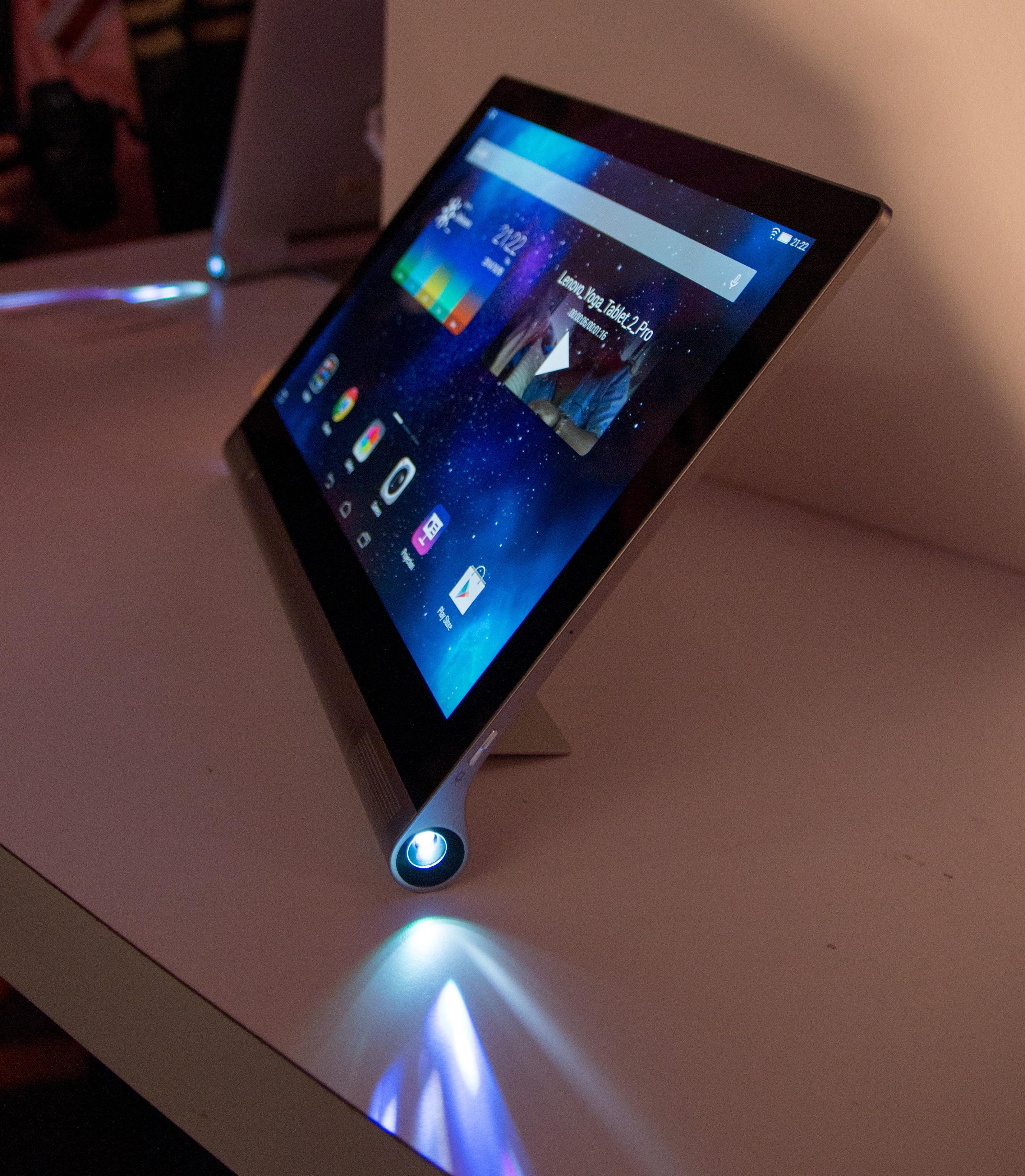 Projektoren på Yoga Tablet 2 Pro kunne vært enda mer lyssterk, men vi tror mange vil få stor glede av den selv om den ikke riktig er noen fullgod TV-erstatter.Foto: Anders Brattensborg Smedsrud, Tek.no