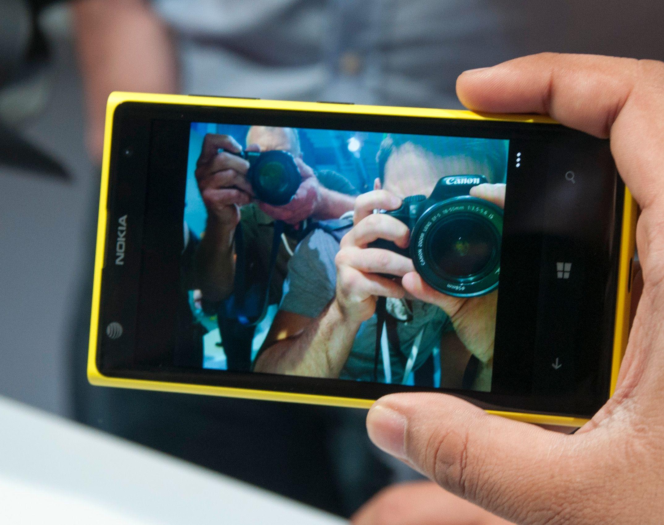 Mange var interesserte i å fotografere den nye telefonen.Foto: Finn Jarle Kvalheim, Amobil.no