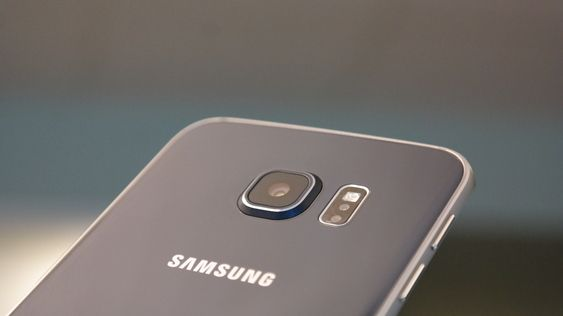 Galaxy S6 Edge er kanskje et smykke av en supermobil, men det hjelper tydeligvis ikke på salget. Foto: Finn Jarle Kvalheim, Amobil.no