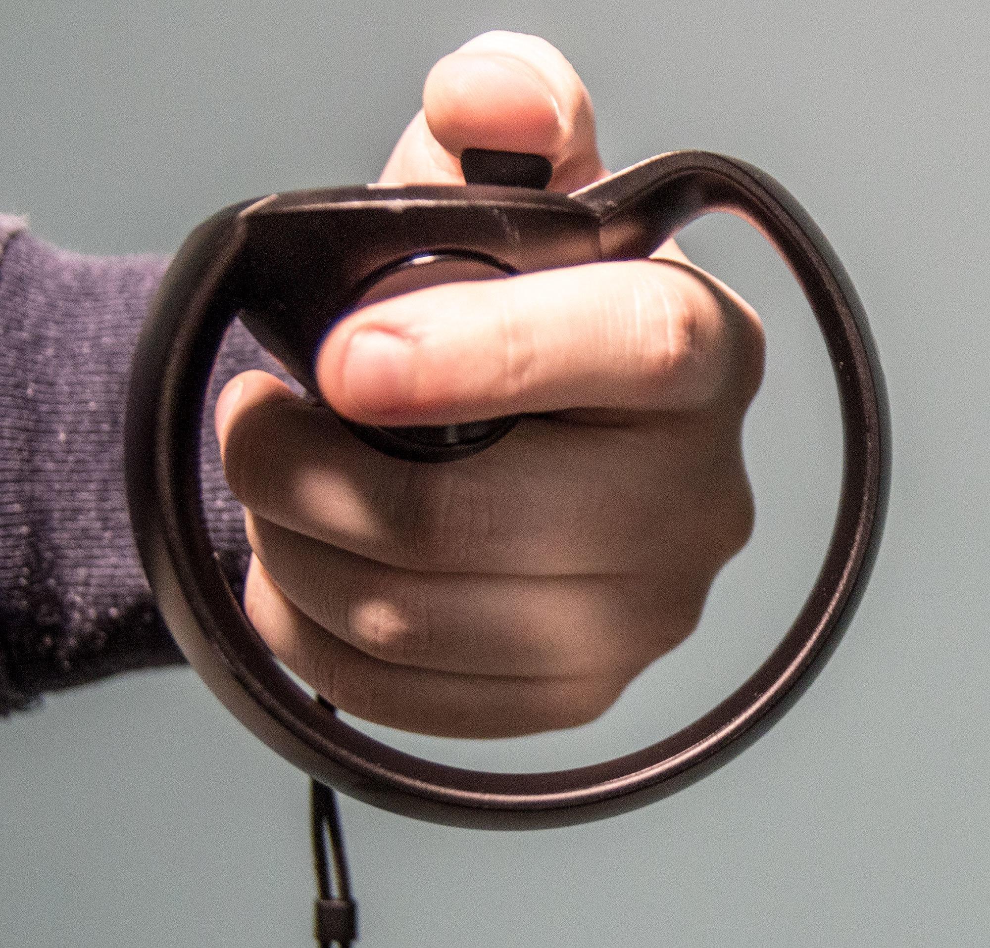 Ringen rundt fungerer godt som beskyttelse for hånda når du veiver rundt.