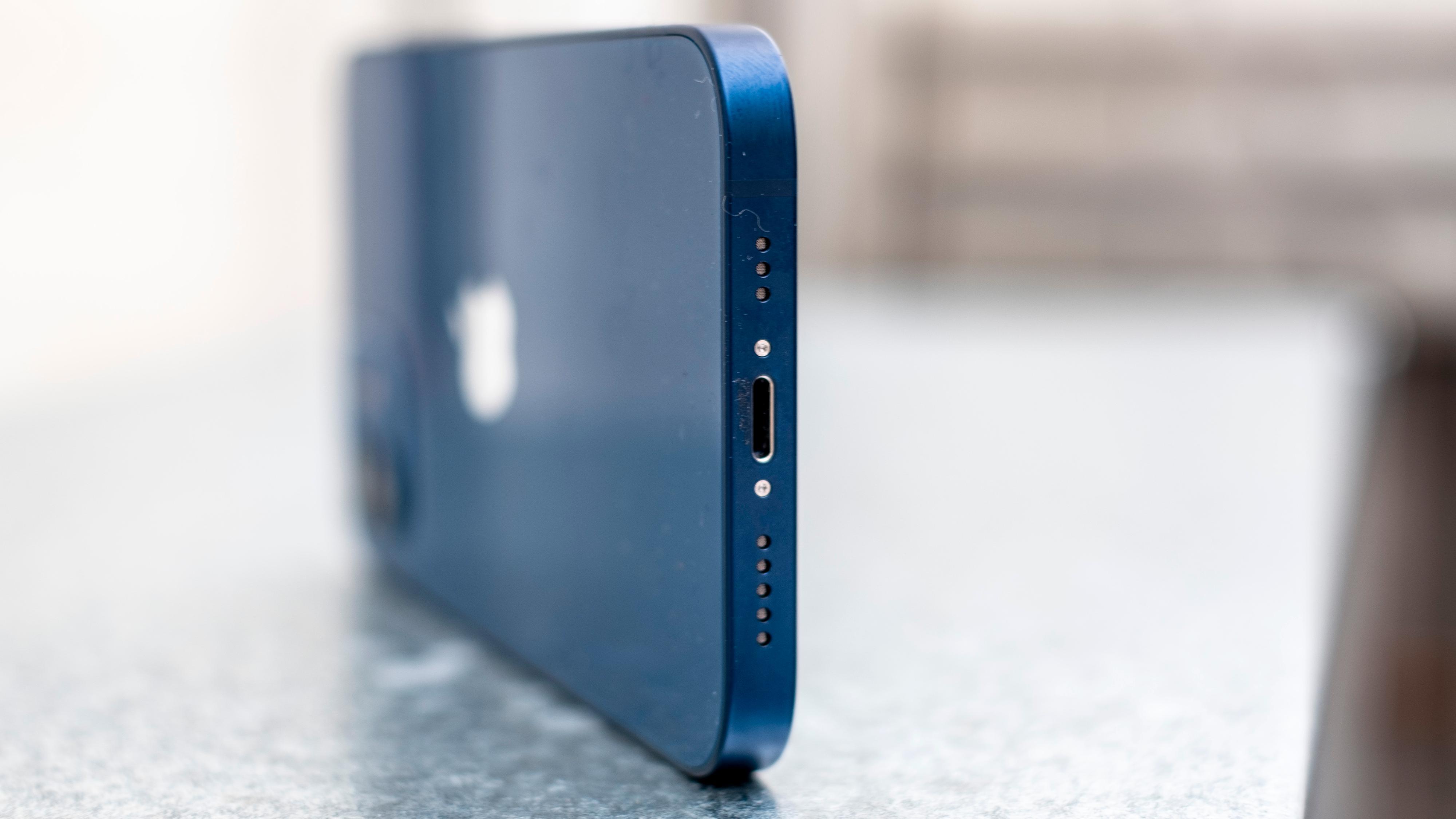 I bunnen finner du en kraftig høyttaler og en Lightning-kontakt for lading. Med fokuset på MagSafe mistenker jeg at Lightning-kontakten forsvinner helt før Apple eventuelt velger å standardisere også telefonene på USB C.
