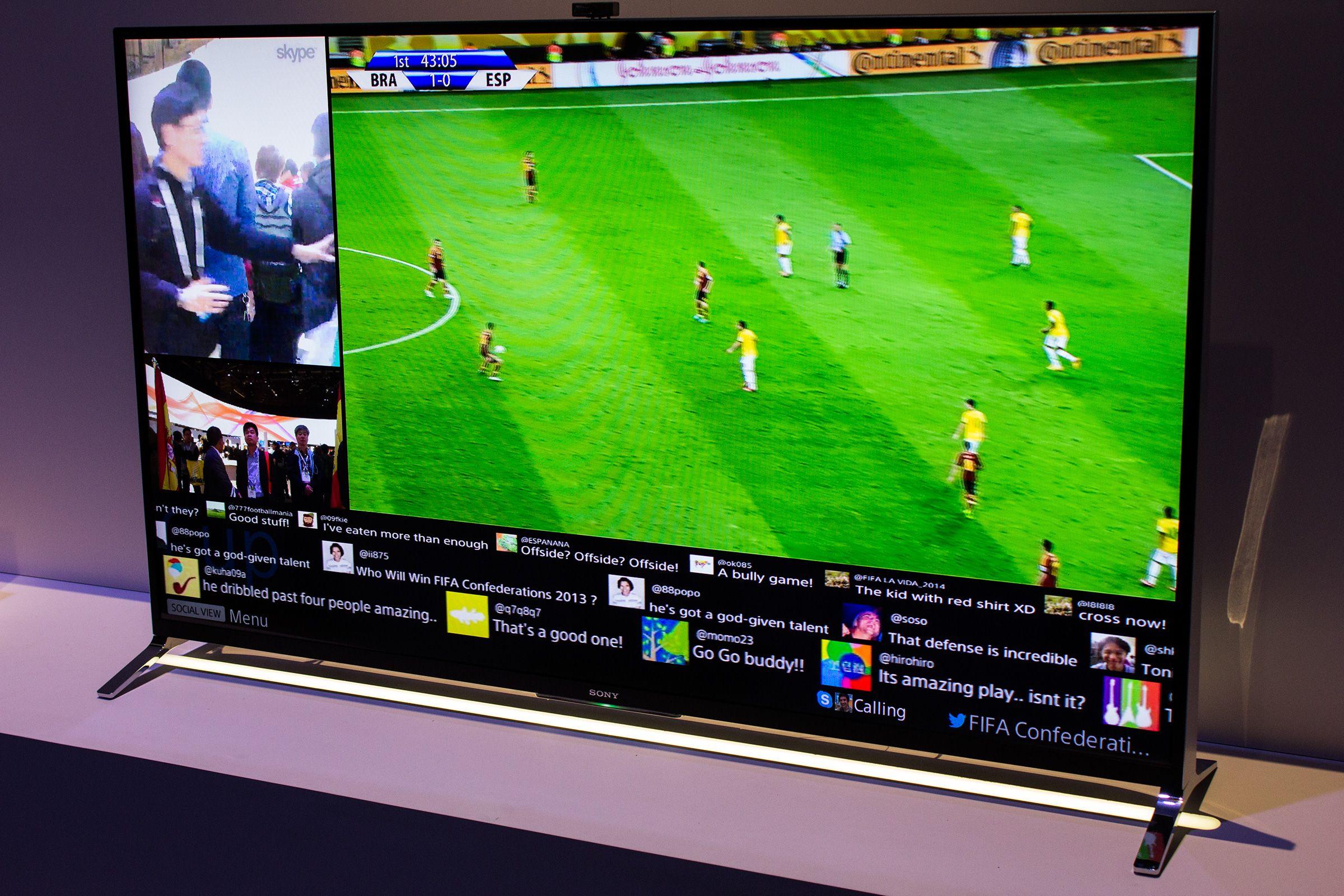 Med Social View kan du se fotballkampen, prate med kompisene på Skype, og følge med på Twitter-samtalen om kampen samtidig på en og samme skjerm.Foto: Varg Aamo, Hardware.no