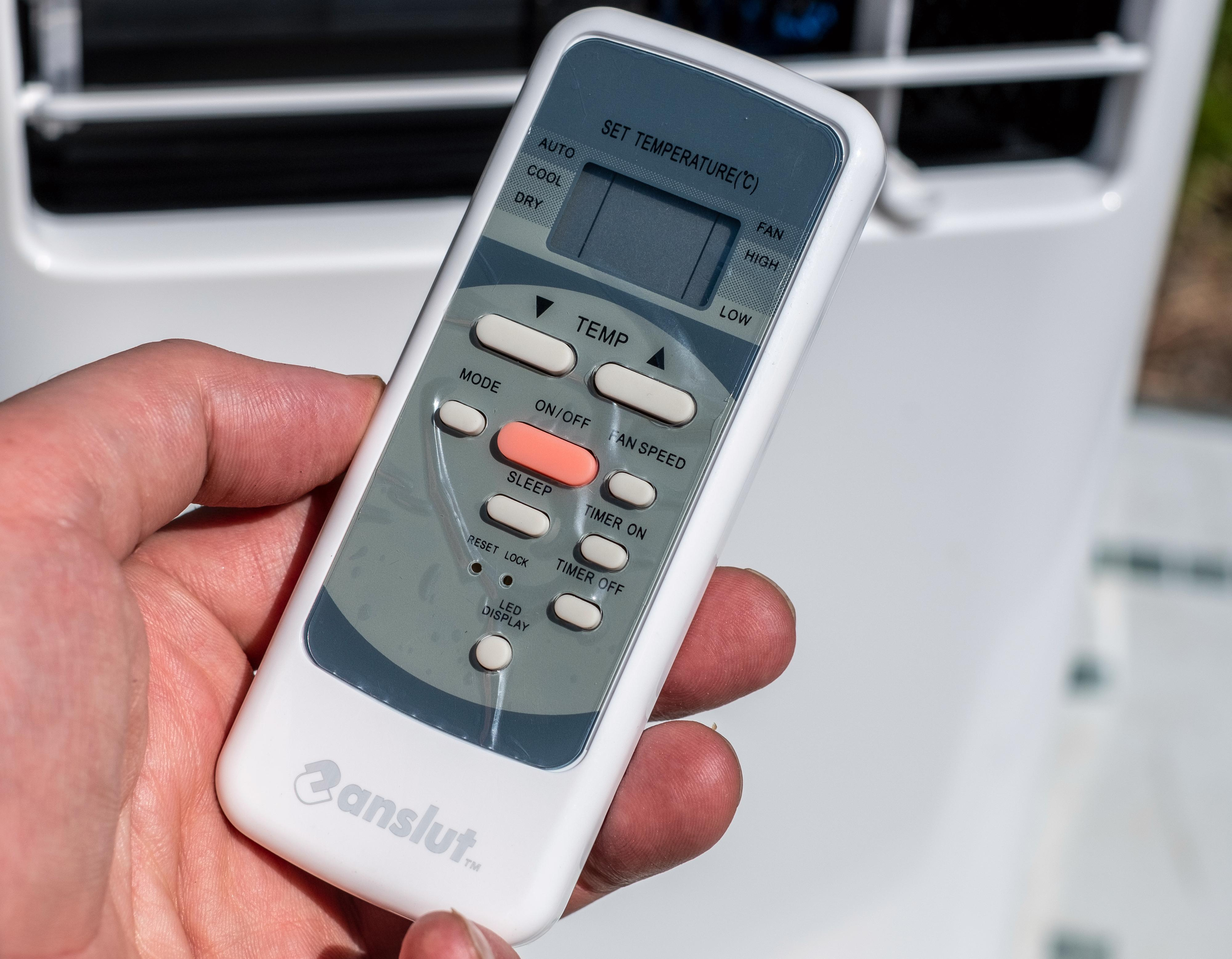 Fjernkontroll og vindusmontering antyder sterkt at Anslut-modellen kommer fra omtrent samme sted som Elkjøps Sandstrøm-maskin.