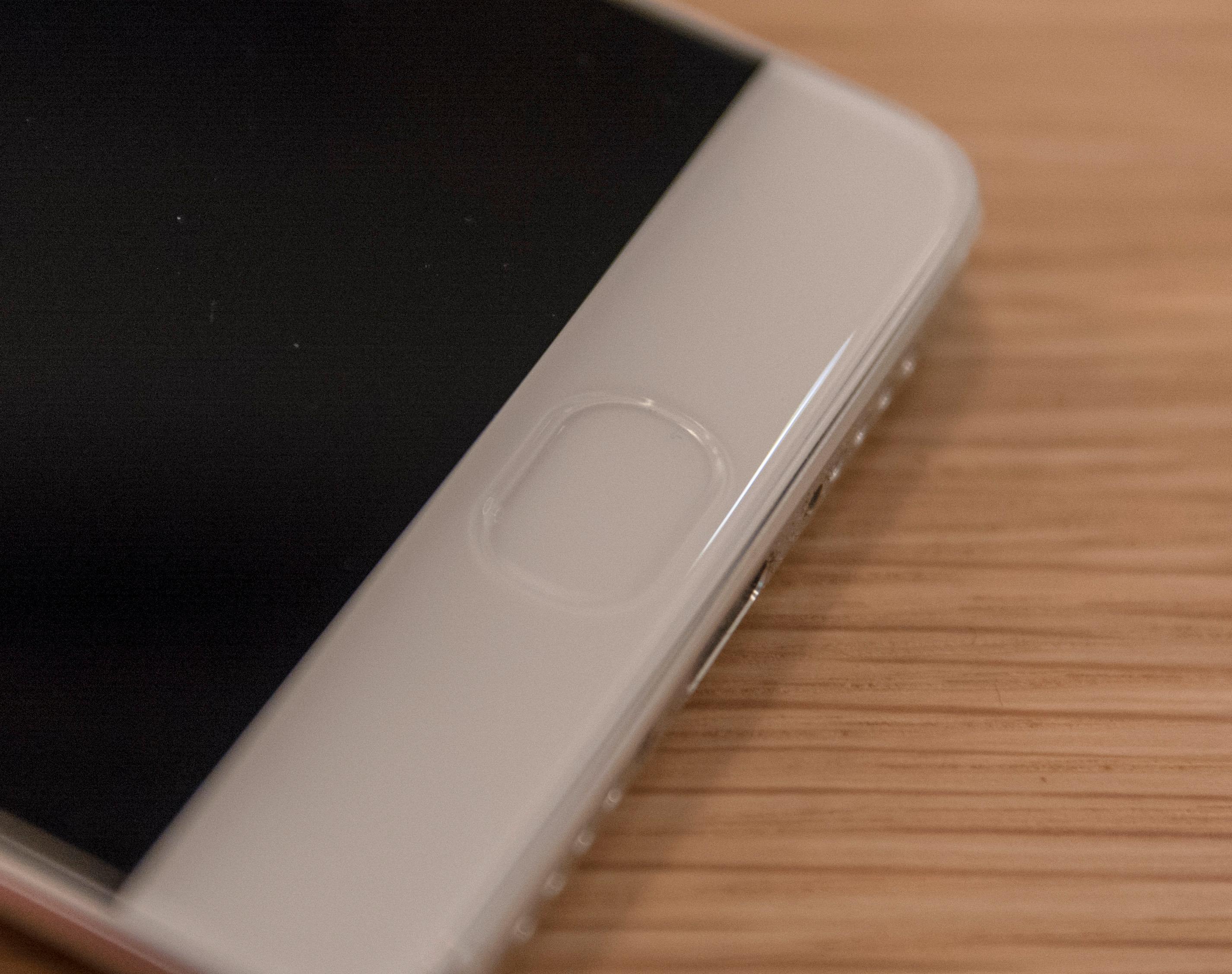 Fingerleseren ligger under frontglasset på telefonen. Her er det lyd som brukes for å lese av fingeravtrykket ditt. Løsningen fungerer svært godt.