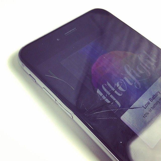 Slik så det ut da Unbox Therapy forsøkte å bøye en iPhone 6 tilbake til sin opprinnelige form. Det bøyelige glasset kollapset på vei tilbake.