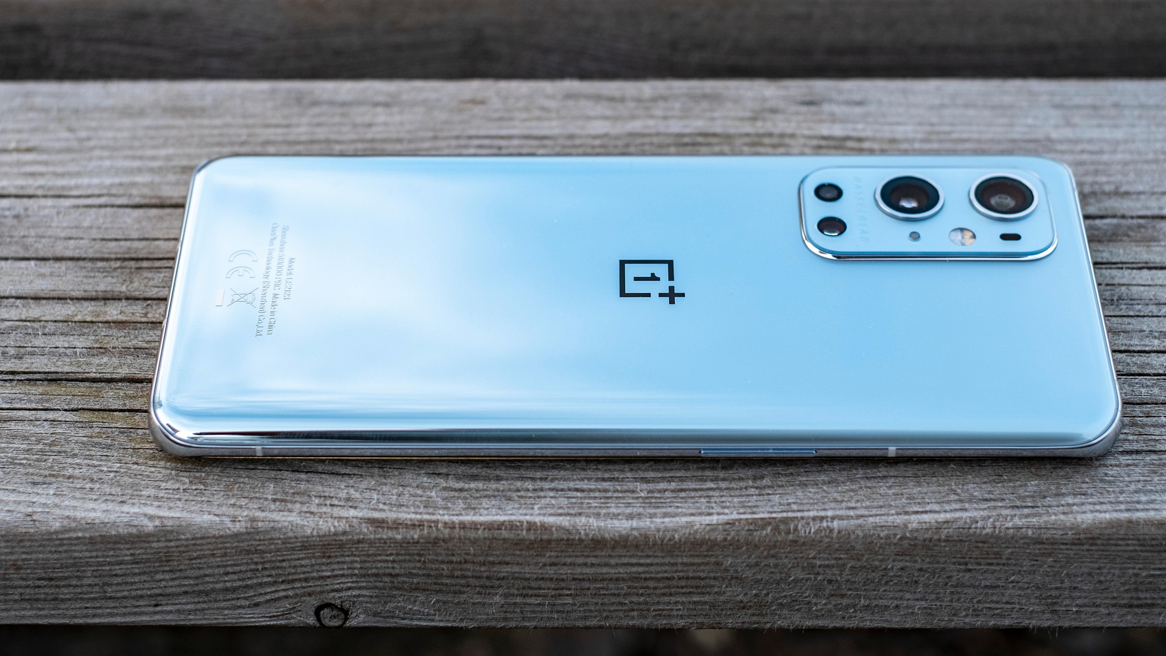 Lekker design: Den sølvfargede varianten har en gradering der den blir mer og mer tåkete og melkeaktig opp mot toppen av telefonen, mens den er speilblank i bunnen av telefonen. Det ser lekkert ut, men hvorfor det blankeste partiet er der fingrene fetter til telefonen er et spørsmål som melder seg. De andre fargene er jevne over hele baksiden.