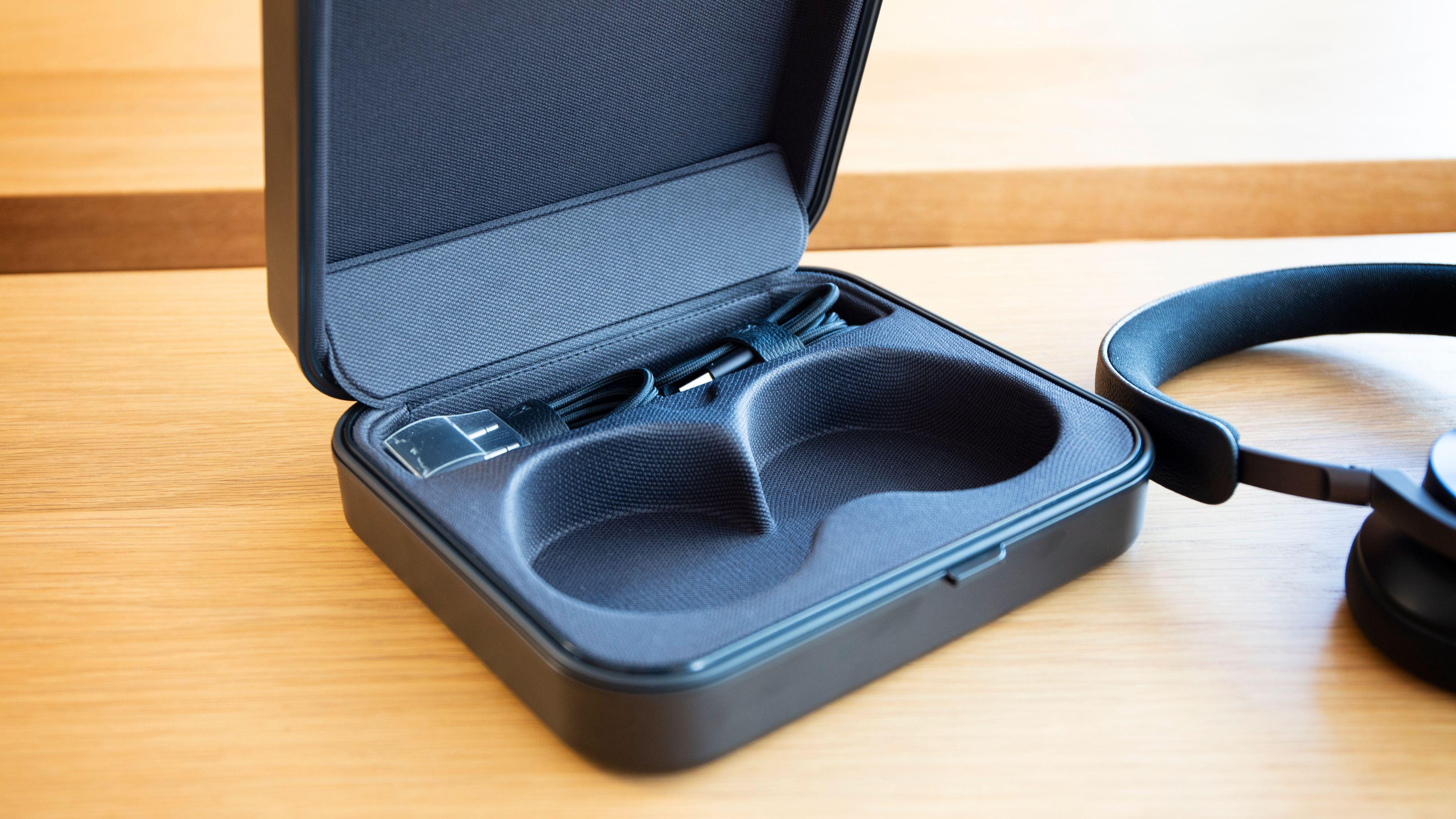 Under en liten flapp har du plass til det medfølgende tilbehøret: Ladekabel, minijackkabel og flyadapter.