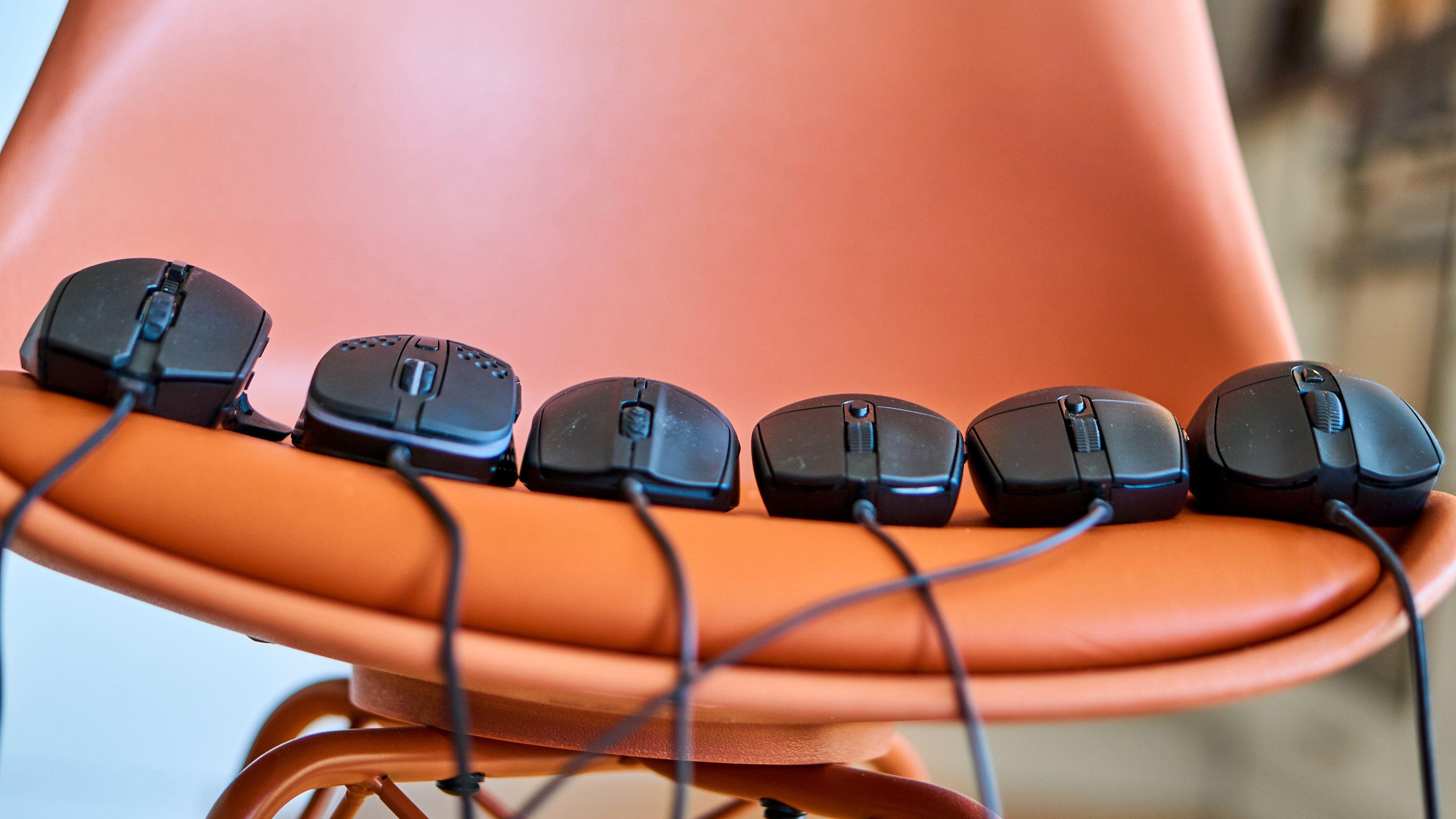 Våre tre testvinner fra forrige test (Cooler Master, Xtrfy og Steelseries) til venstre, nye Logitech-mus til høyre.