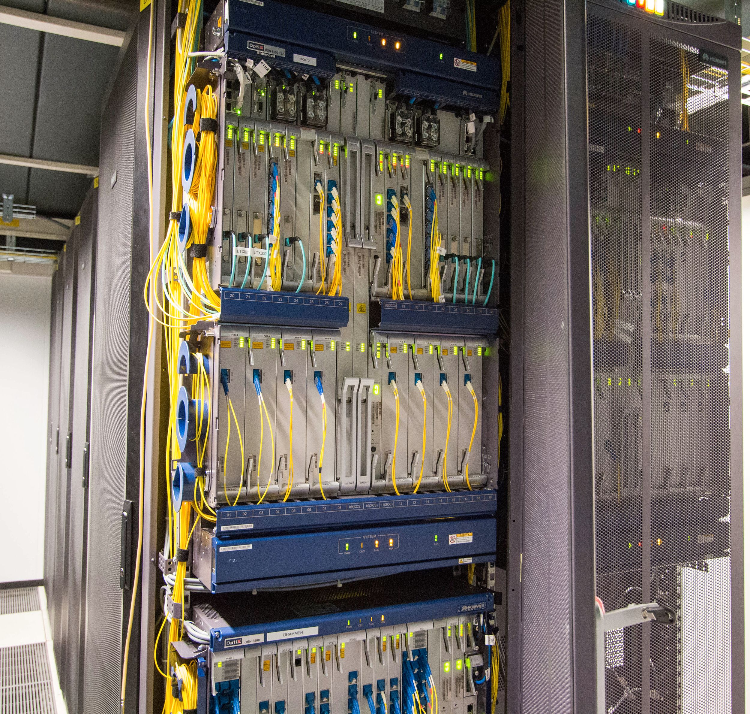 Datatrafikken sendes med lys i 80 ulike farger gjennom fiberkablene, slik at man kan overføre 80 datastrømmer samtidig per kabel.