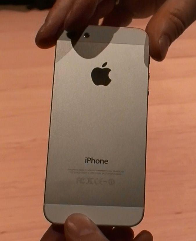 Glasset på baksiden er erstattet med en stor aluminiumsplate.