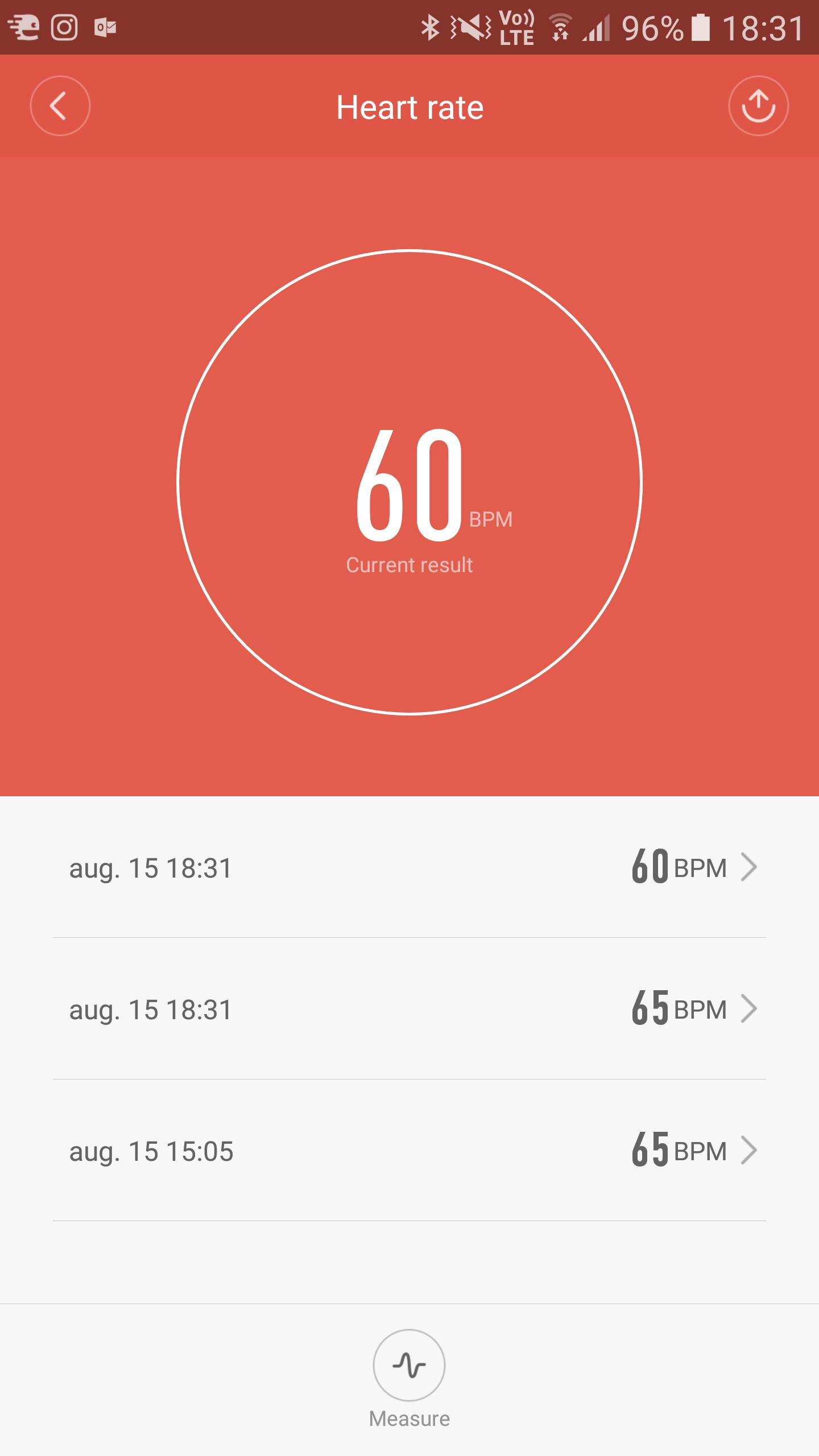 Du kan starte pulsmåling enten fra appen, eller direkte fra Mi Band 2.