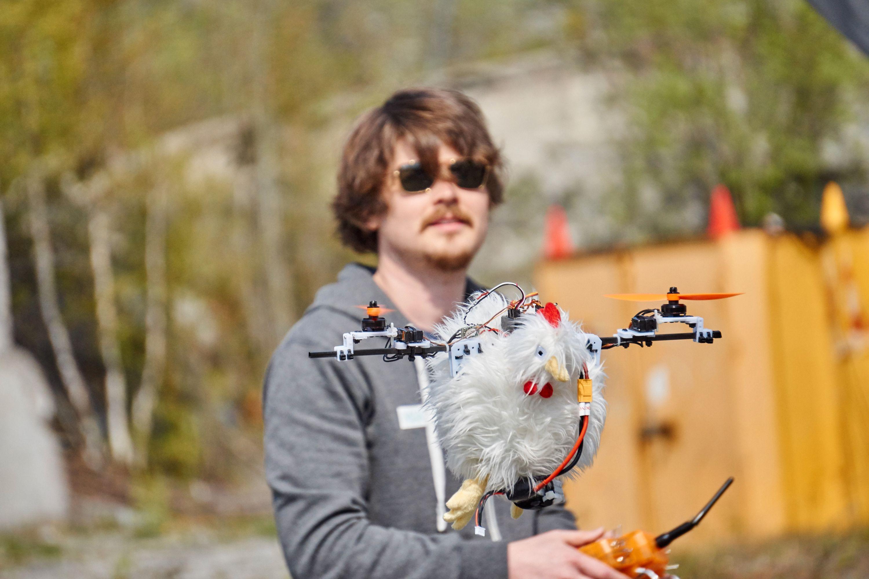 Henning Pedersen på tur med høne-dronen Turid.