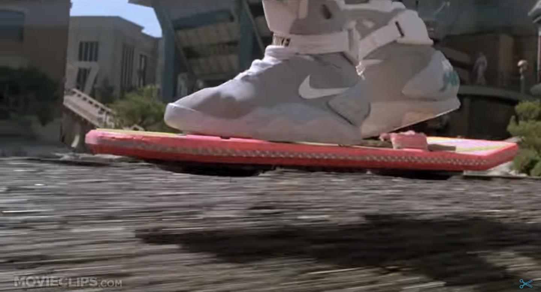 Marty McFlys svebrett var lite og rosa. Og hadde ingen propeller, naturligvis. Men han har til felles med Duru at han måtte fly over vann. Foto: Skjermdump fra YouTube/MOVIECLIPS