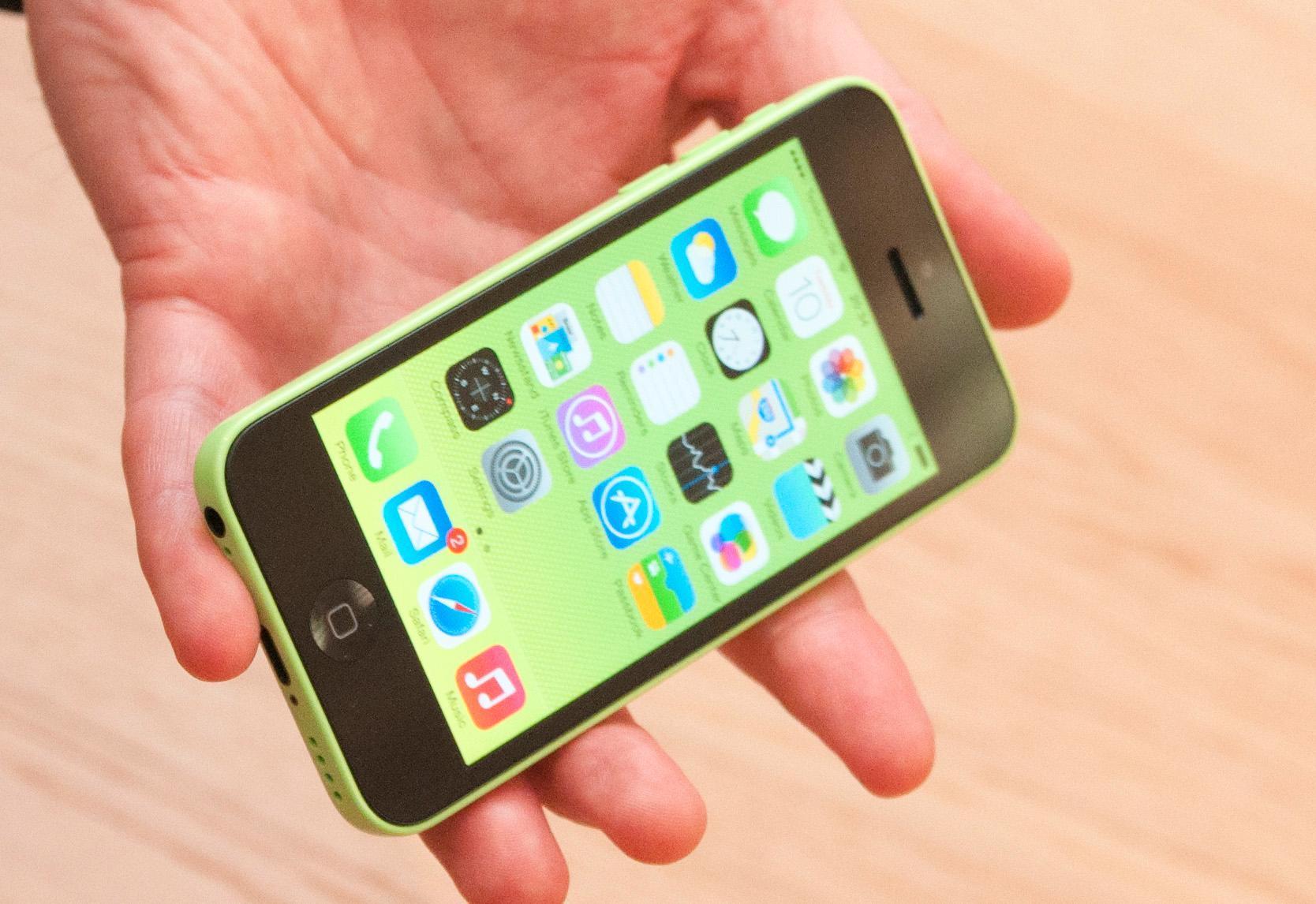 iPhone 5C kommer i en rekke farger, og du kan sette på en haug ulike deksler.Foto: Finn Jarle Kvalheim, Amobil.no