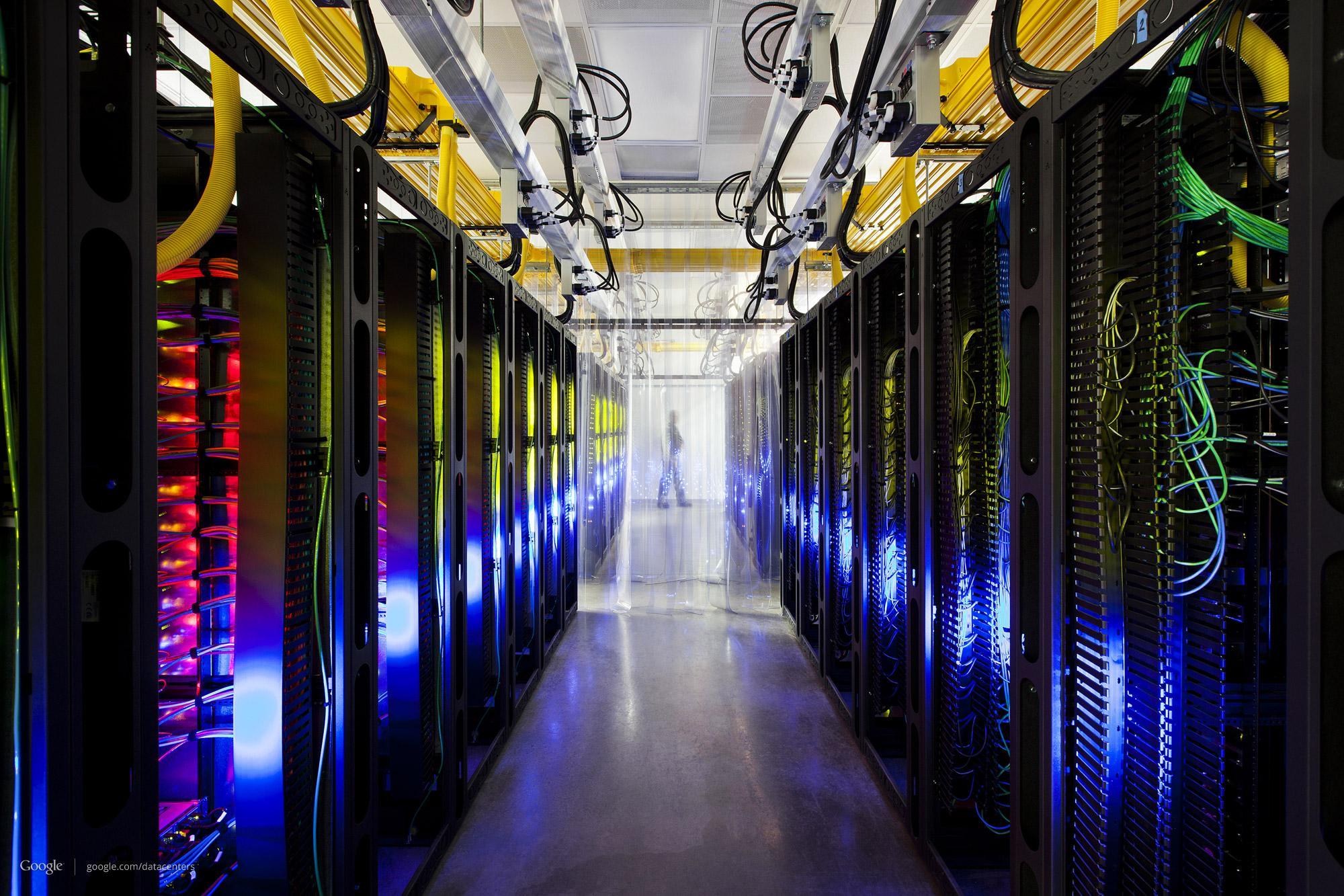 Et hav av rutere og svitsjere som lar datasentrene verden over snakke sammen.Foto: Google/Connie Zhou