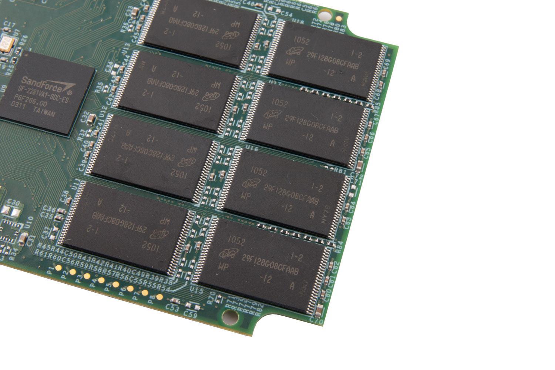 Minnebrikker på en SSD. Hver enkelt inneholder utrolig mange celler.
