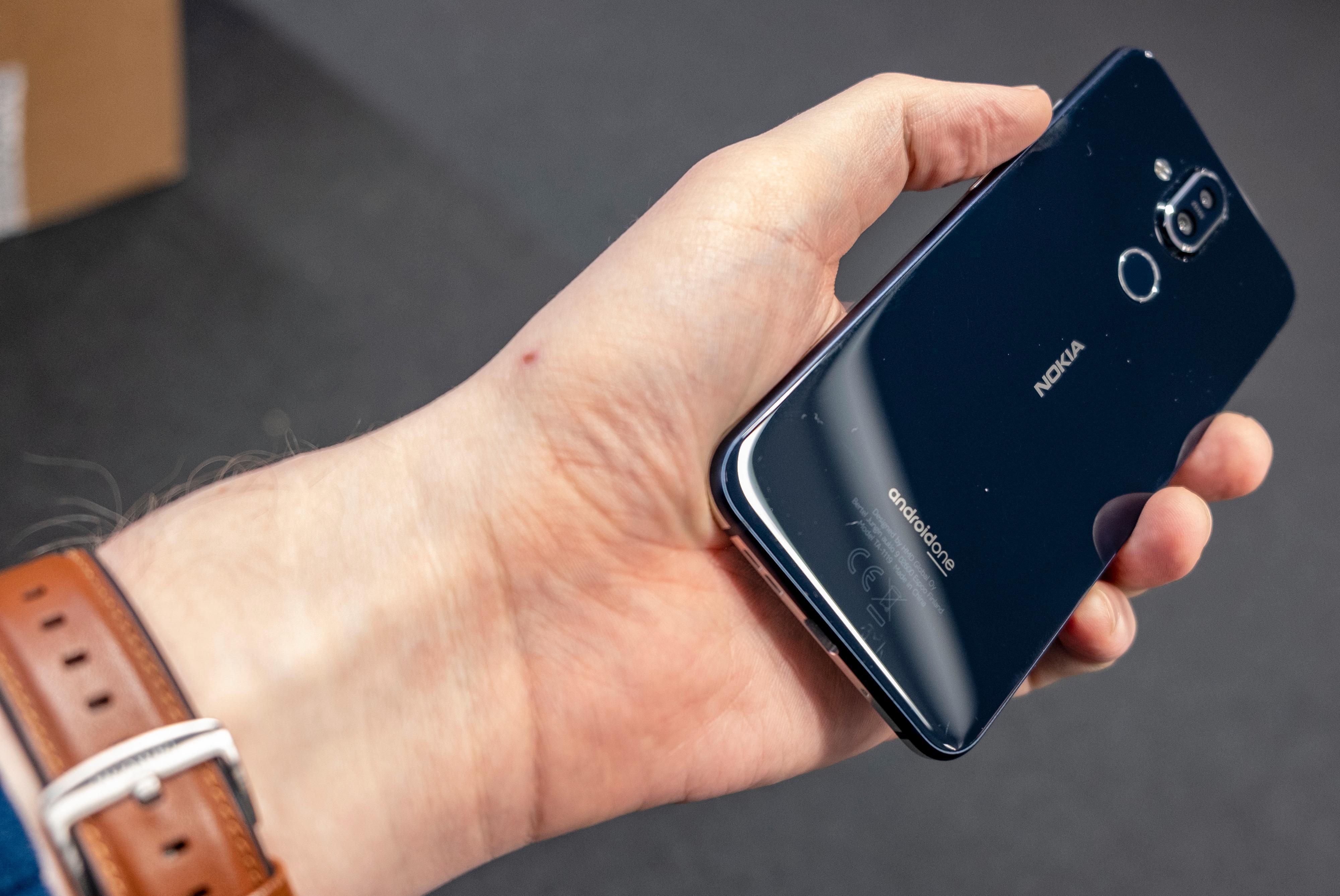 Den ser lekrere ut enn Nokia 7 Plus, men den er også lettere å smusse til og mye mer knuselig enn sin forgjenger.