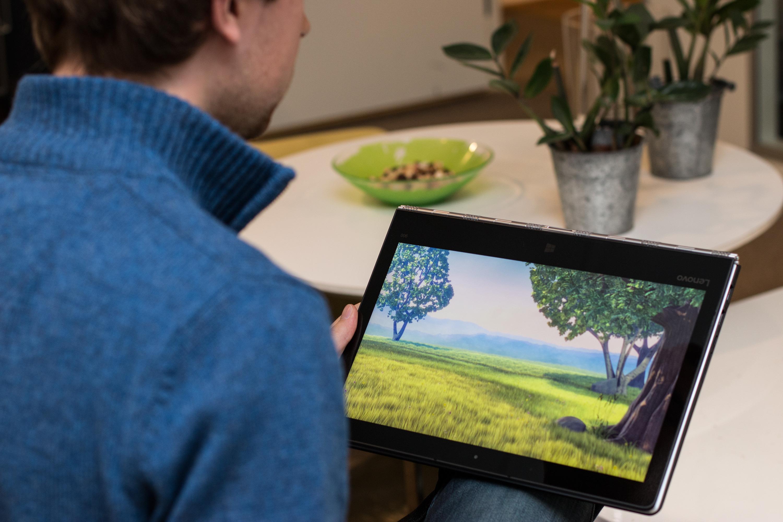 Nettbrettmodus, hvor tastaturet er lagt bak skjermen. Foto: Kurt Lekanger, Tek.no