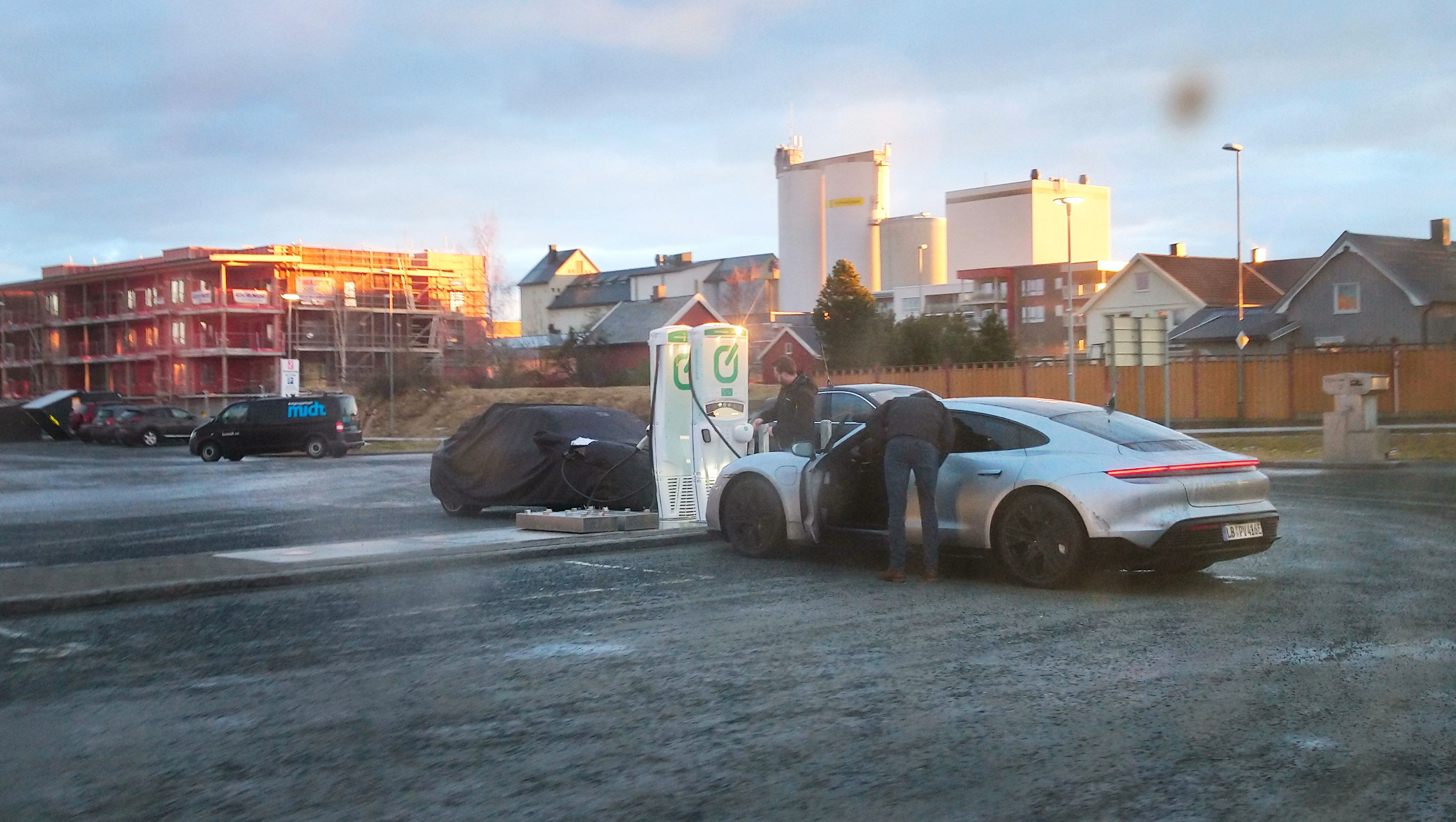 De Porsche-ansatte var raske med å dekke til bilen da den sto til lading, ifølge John Olav Breding. Til høyre den «vanlige» Taycan-varianten.