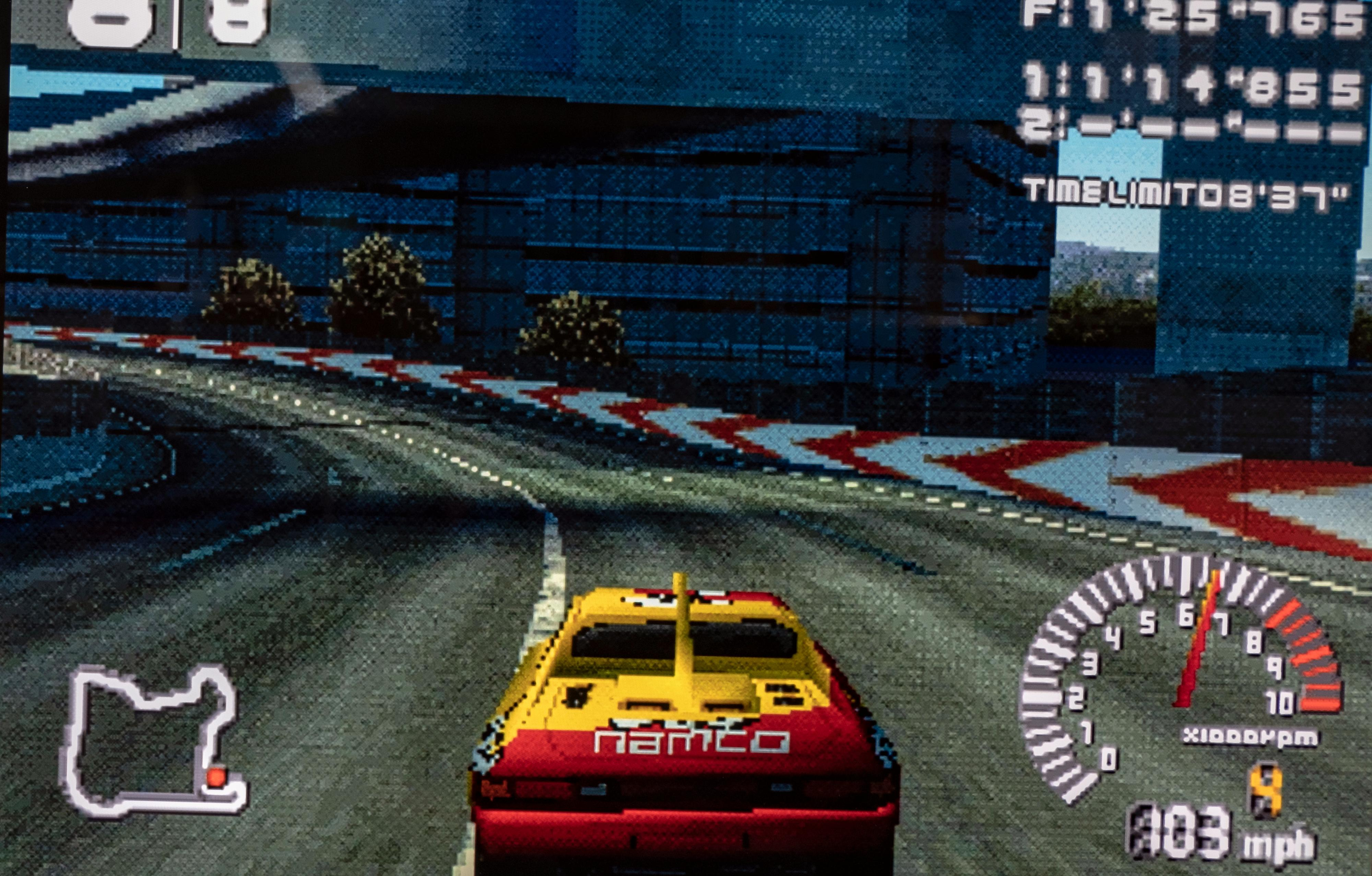 Ridge Racer er ett av de mest spillbare spillene på PlayStation Classic. Vi måtte skru av bildeforbedringen i TV-en helt for å gjøre spillet spillbart - men da ble også grafikken ekstremt pikselert. En fornuftig oppskalering laget for denne typen innhold hadde vært å foretrekke - slik Nintendo har i sine bokser.