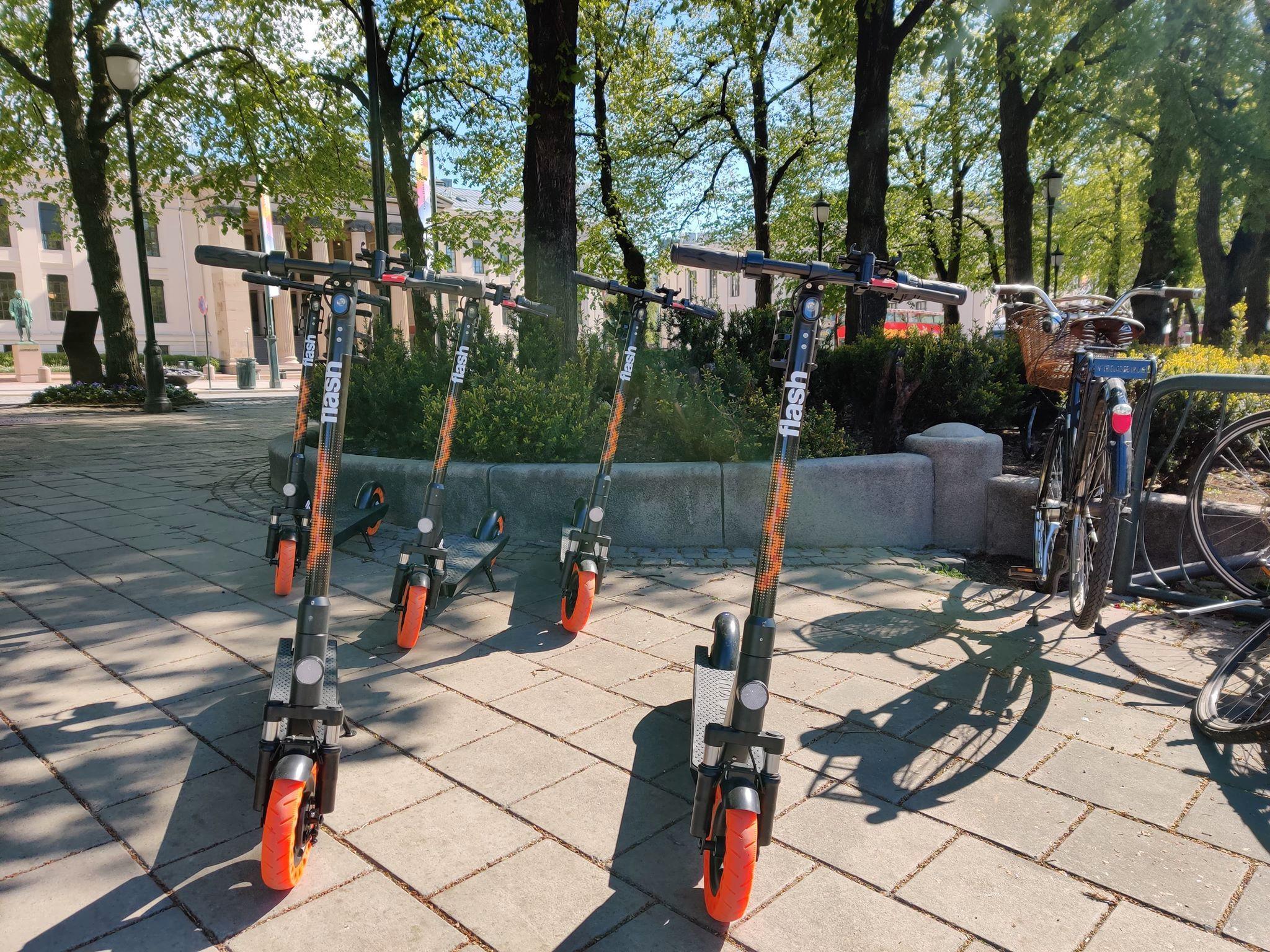Vi så en rekke Flash-sykler stående klare ved Nationaltheatret i Oslo mandag morgen.