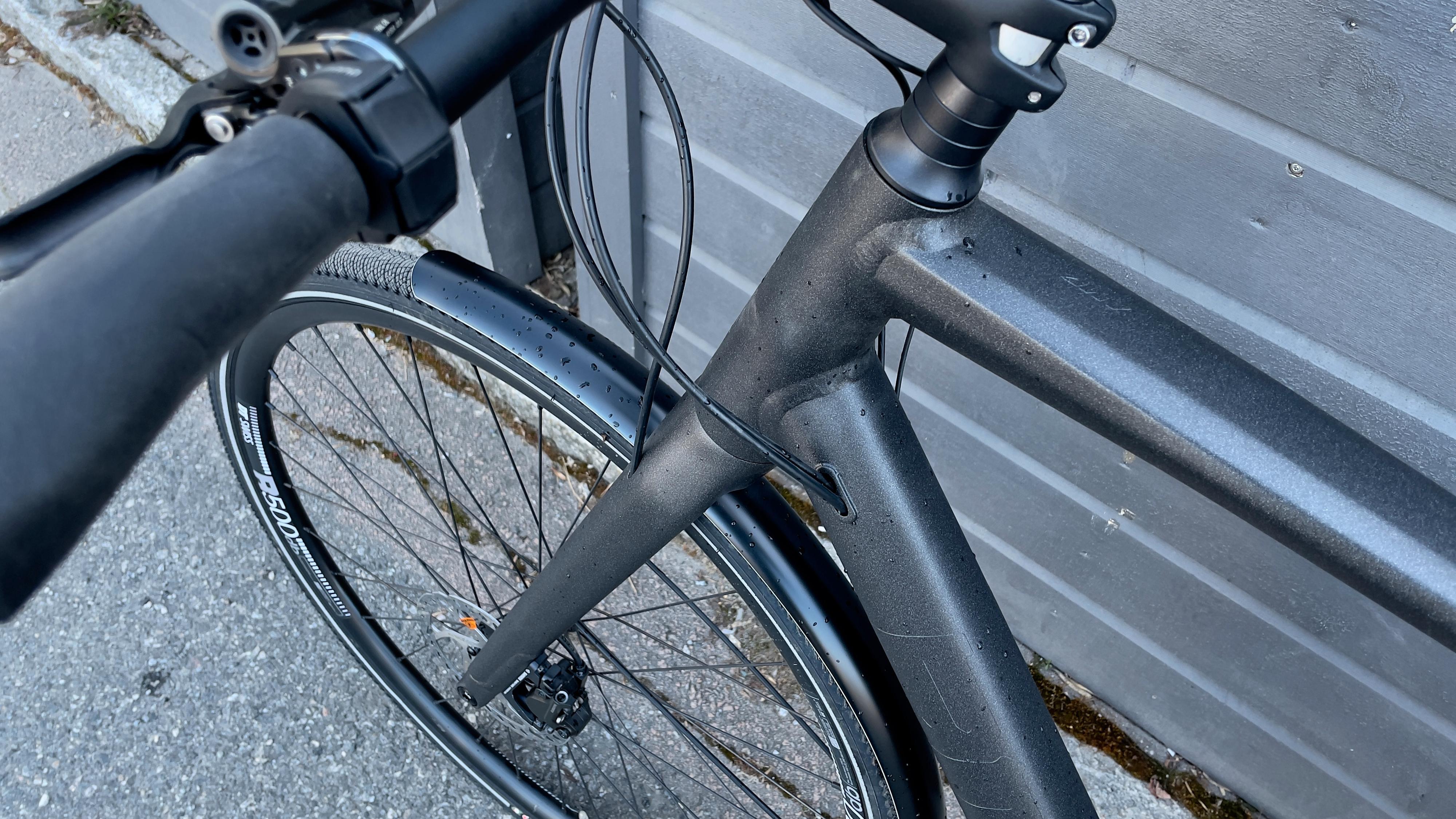 De få vaierne og slangene på sykkelen gjemmes effektivt inne i ramme og gaffel.