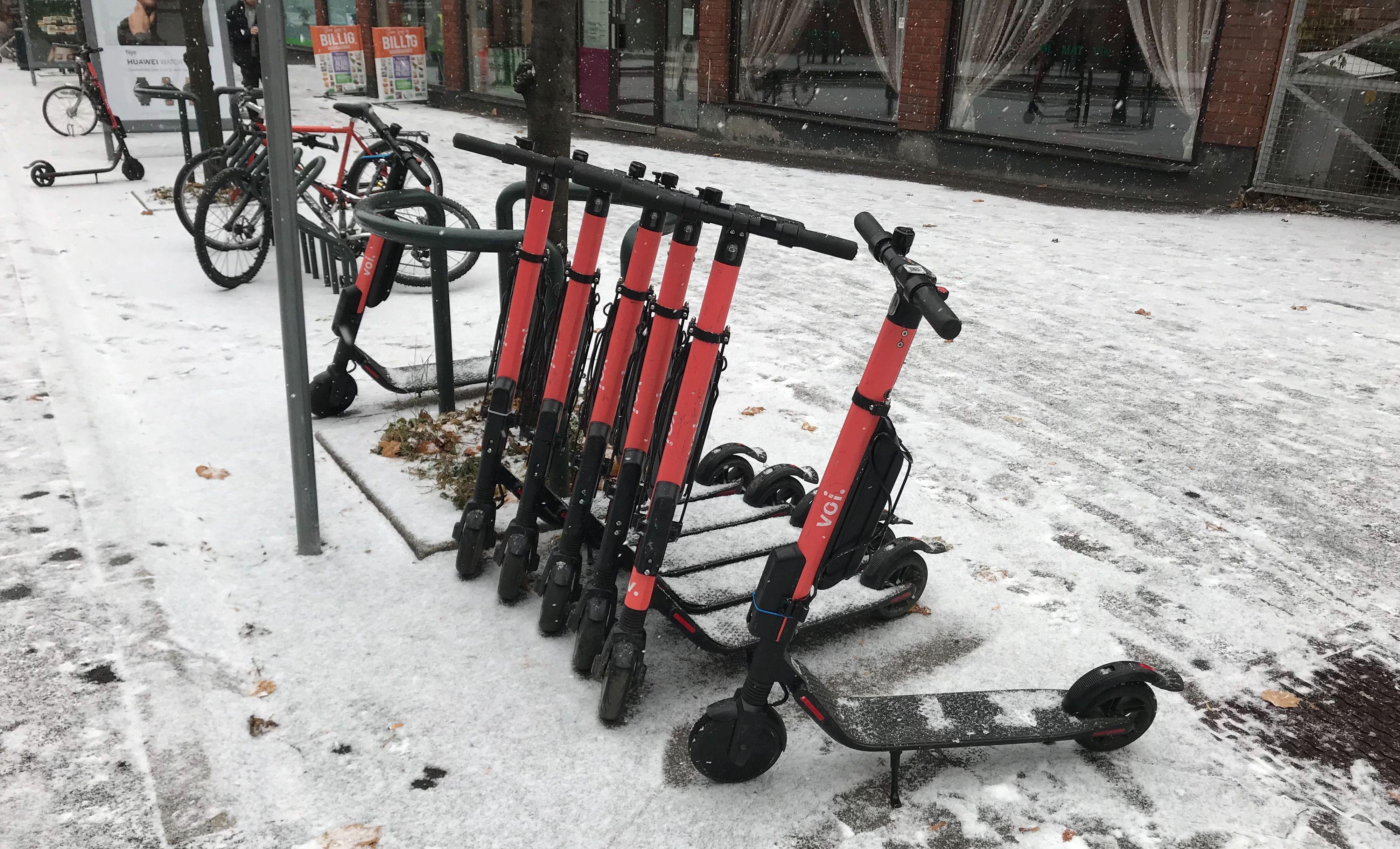 SNØ: Selv om snøværet har kommet til Oslo, er det fortsatt mulig å aktivere og kjøre rundt på elsparkesyklene.