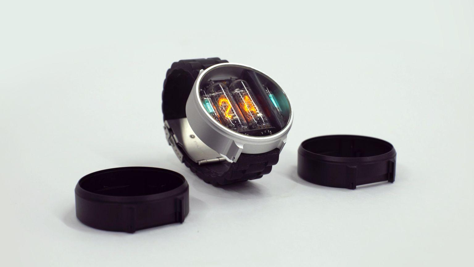 Klokka kommer i sort og metallfarget utførelse.