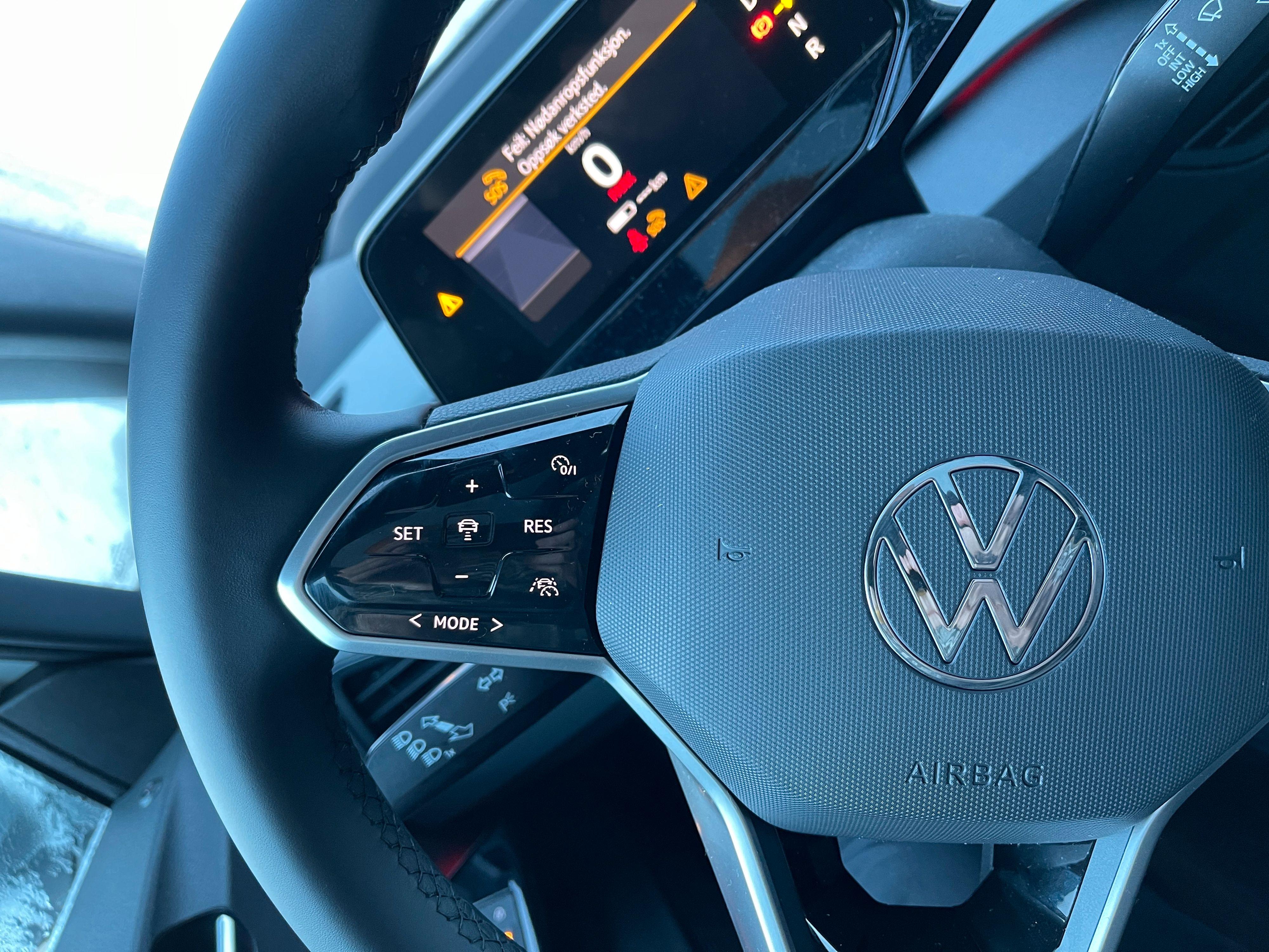 Hele bilen er stappet med touchfelter. Noen steder fungerer de greit - andre steder, som på rattet, er de mest i veien. Jeg mistenker at dette ikke vil bli en varig designtrend. Det er i enkleste laget å komme borti justering av hastighet for cruise controllen mens du bytter posisjon for hendene på rattet, for eksempel.