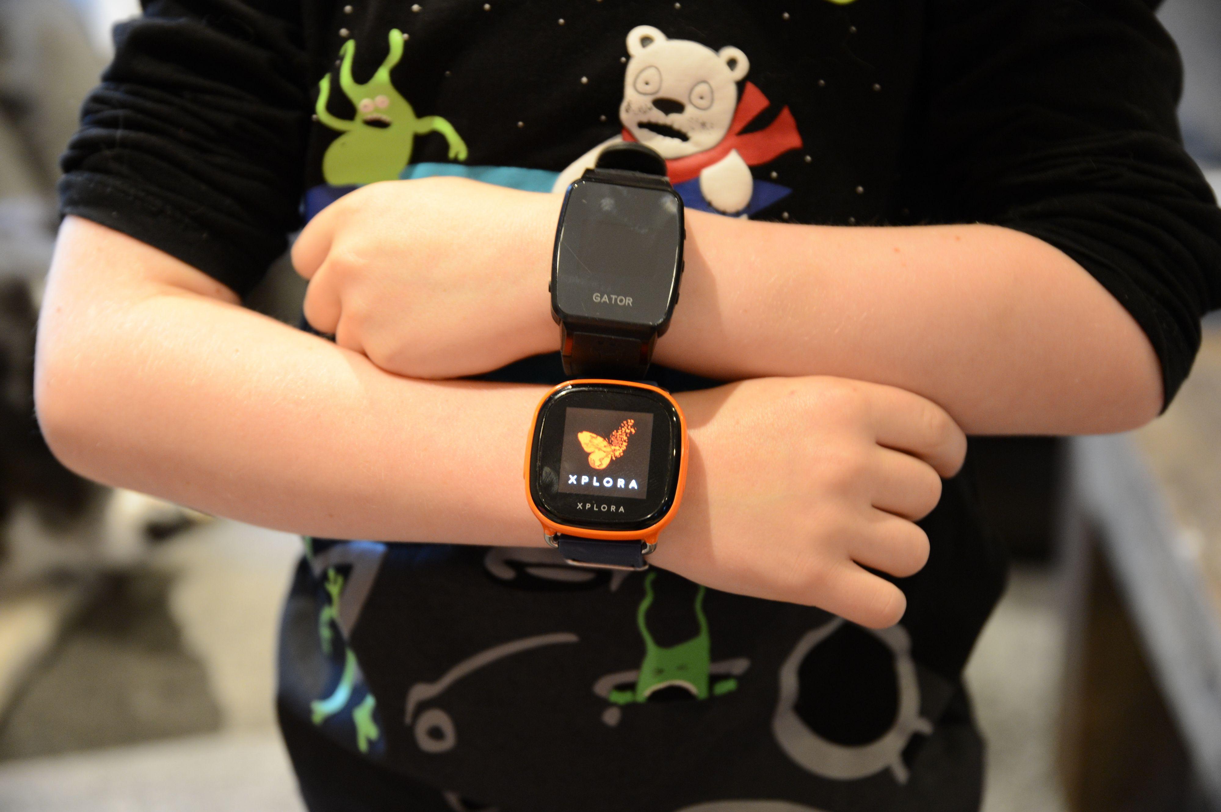 Klokkene er ganske store. Her på armen til en seksåring.