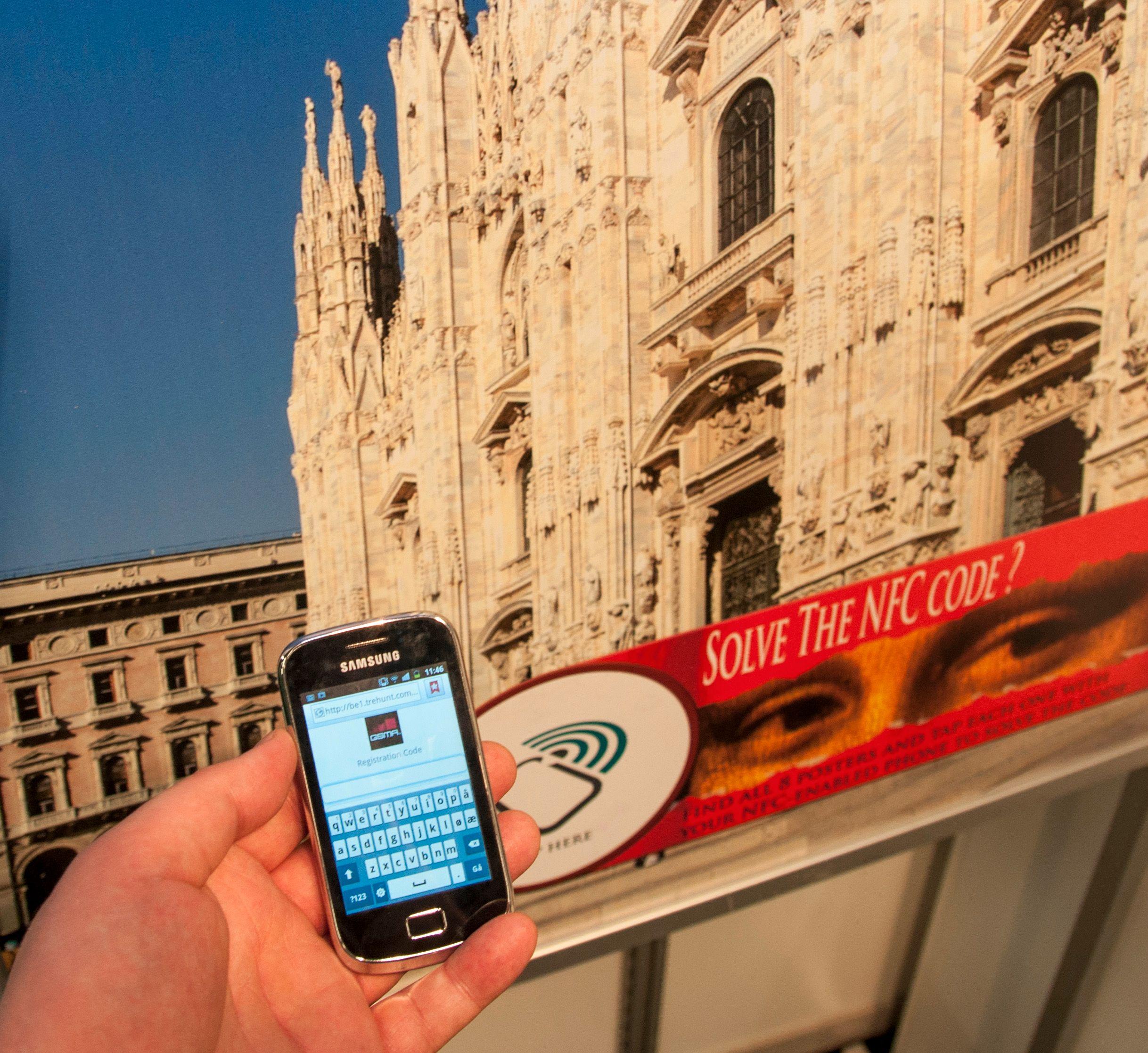 NFC fungerer på svært korte avstander, og det er relativt billig å lage brikker som mobilen kan lese. Dermed kan du støte på teknologien i plakater, slik som her.Foto: Finn Jarle Kvalheim, Amobil.no