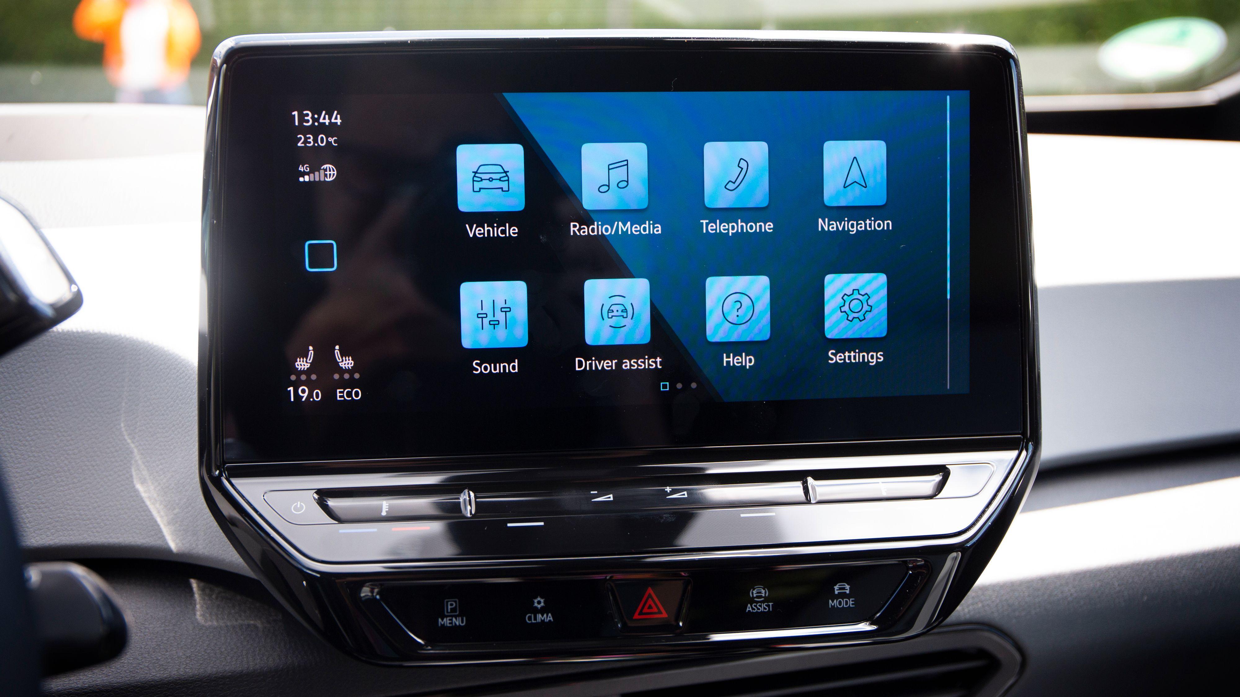 Programvaren som Volkswagen etter sigende har slitt med er nå på plass. Den fungerer tilsynelatende som den skal. Legg også merke til «sveipefeltene» under skjermen, som brukes til å justere ting som temperatur og volum.