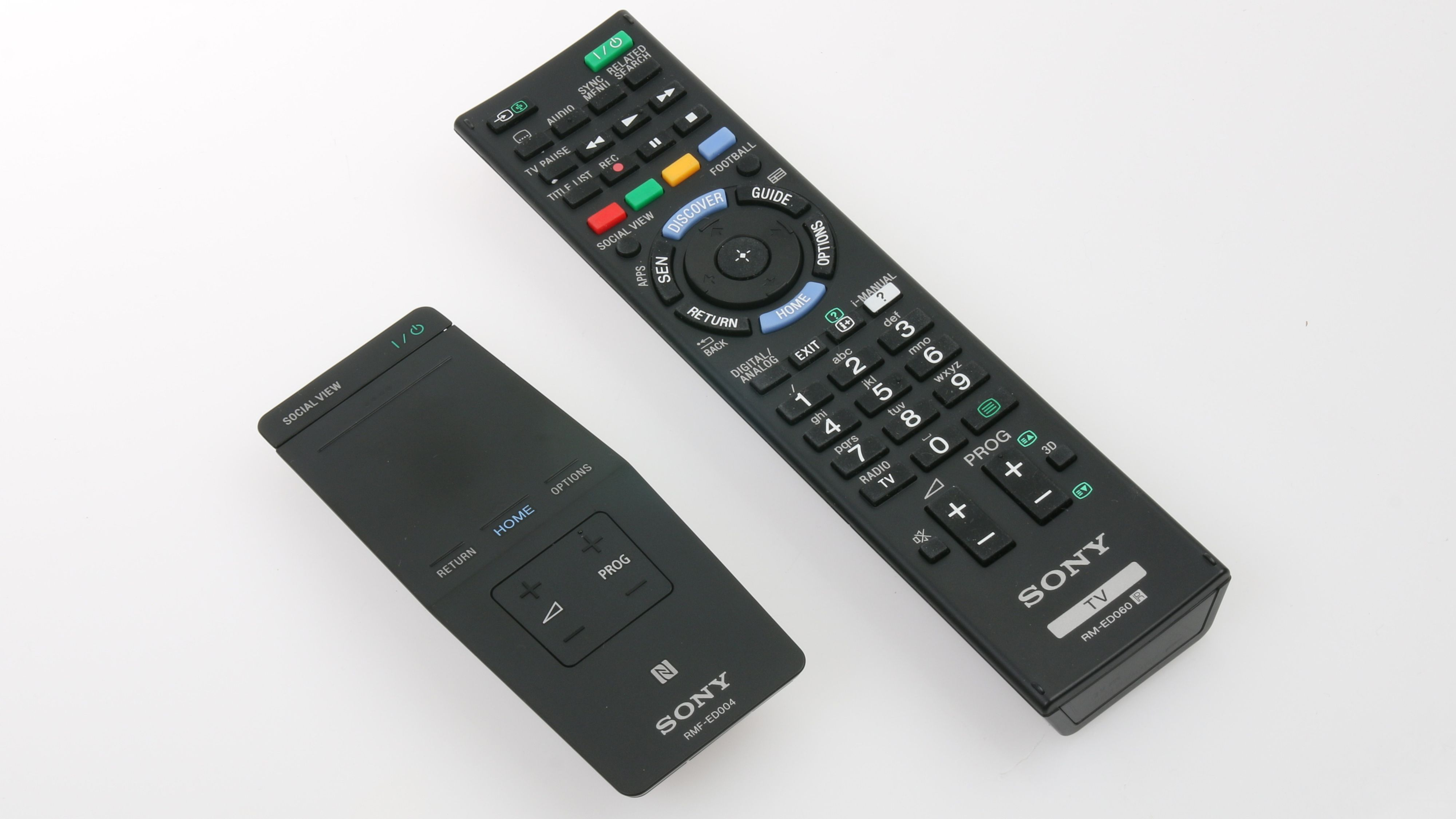 Det følger med to fjernkontroller. Modellen til venstre er smartkontrollen til Sony .Foto: Ole Henrik Johansen / Tek.no