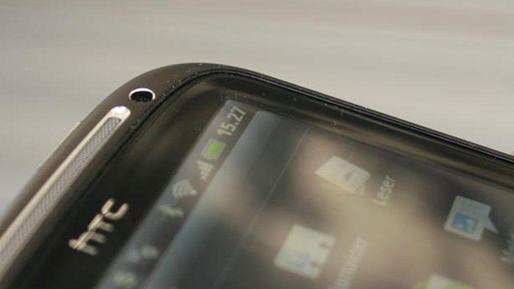 Glasset på skjermen er ripemotstandig Gorilla-glass. Det er svakt konkavt.