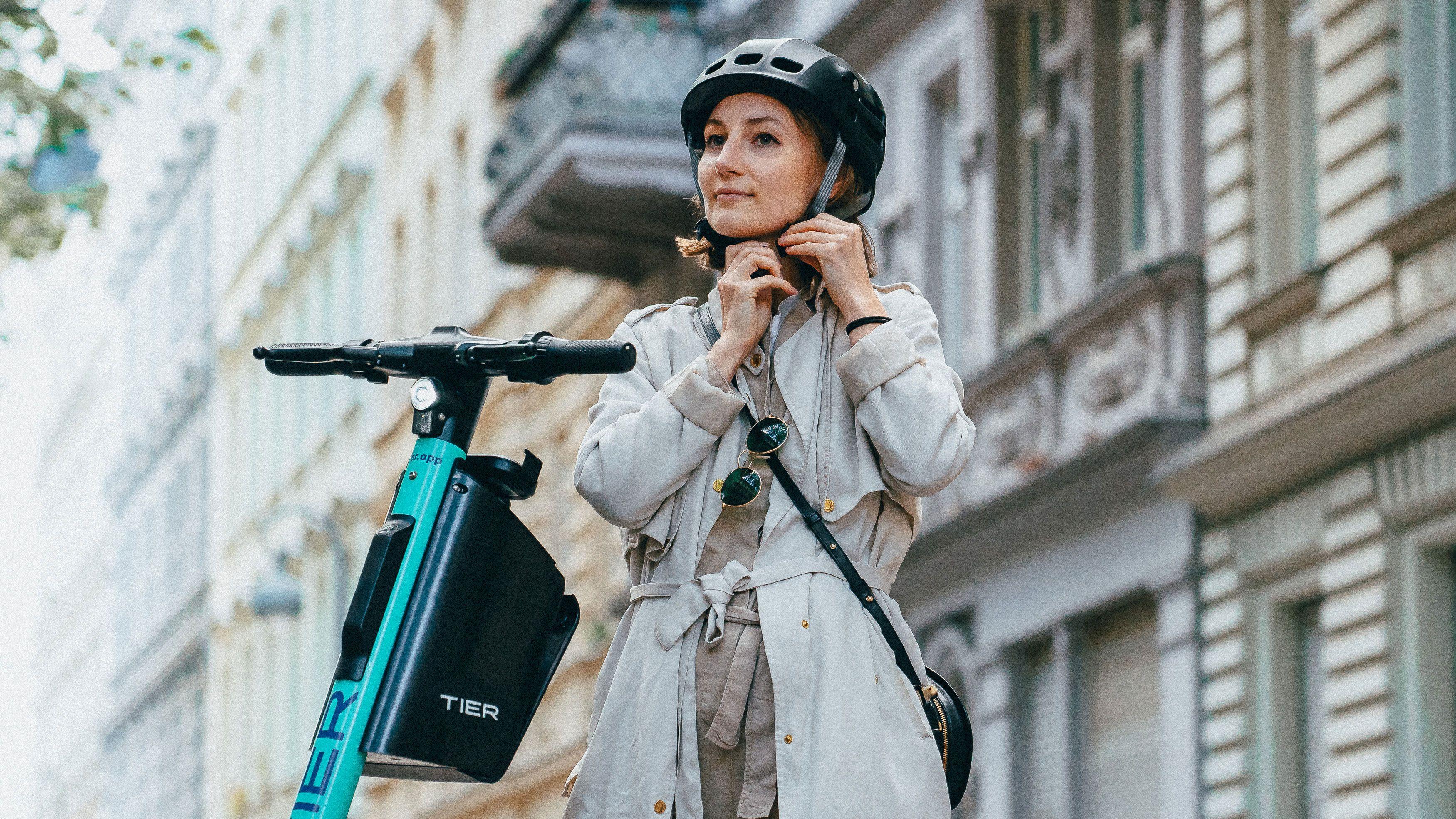 Hjelmen ser nokså normal ut, men kan legges sammen og monteres i boksen du ser på sykkelen på bildet.