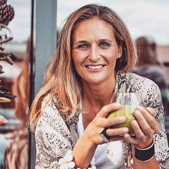 """Anna Ottosson är dietist och kostexpert. Hon driver Foodpower, föreläser och bloggar om mat samt har hon skrivit boken """"Hälsodrycker: gröna smoothies, buljonger, detoxvatten, hälsotonics och kombucha"""", Bonnier Fakta."""