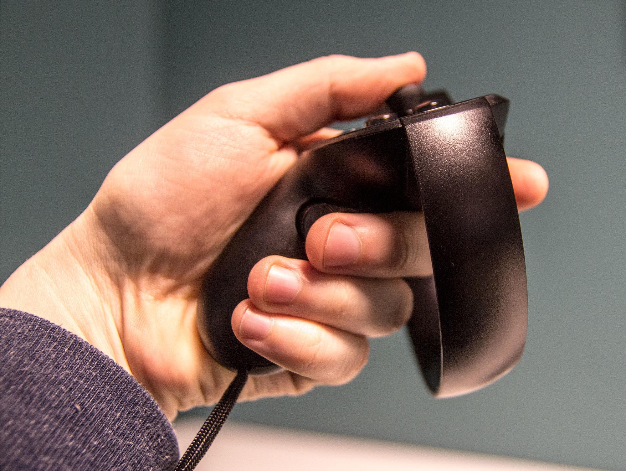 Hendene legger seg naturlig rundt håndtaket, og det føles utrolig naturlig å knytte dine virtuelle hender i spillet, eller å late som du skyter en pistol.