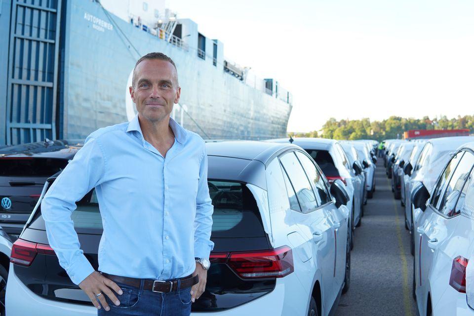 Volkswagen Norge-direktør Harald Edvardsen-Eibak med de leveringsklare ID.3 1st-bilene.