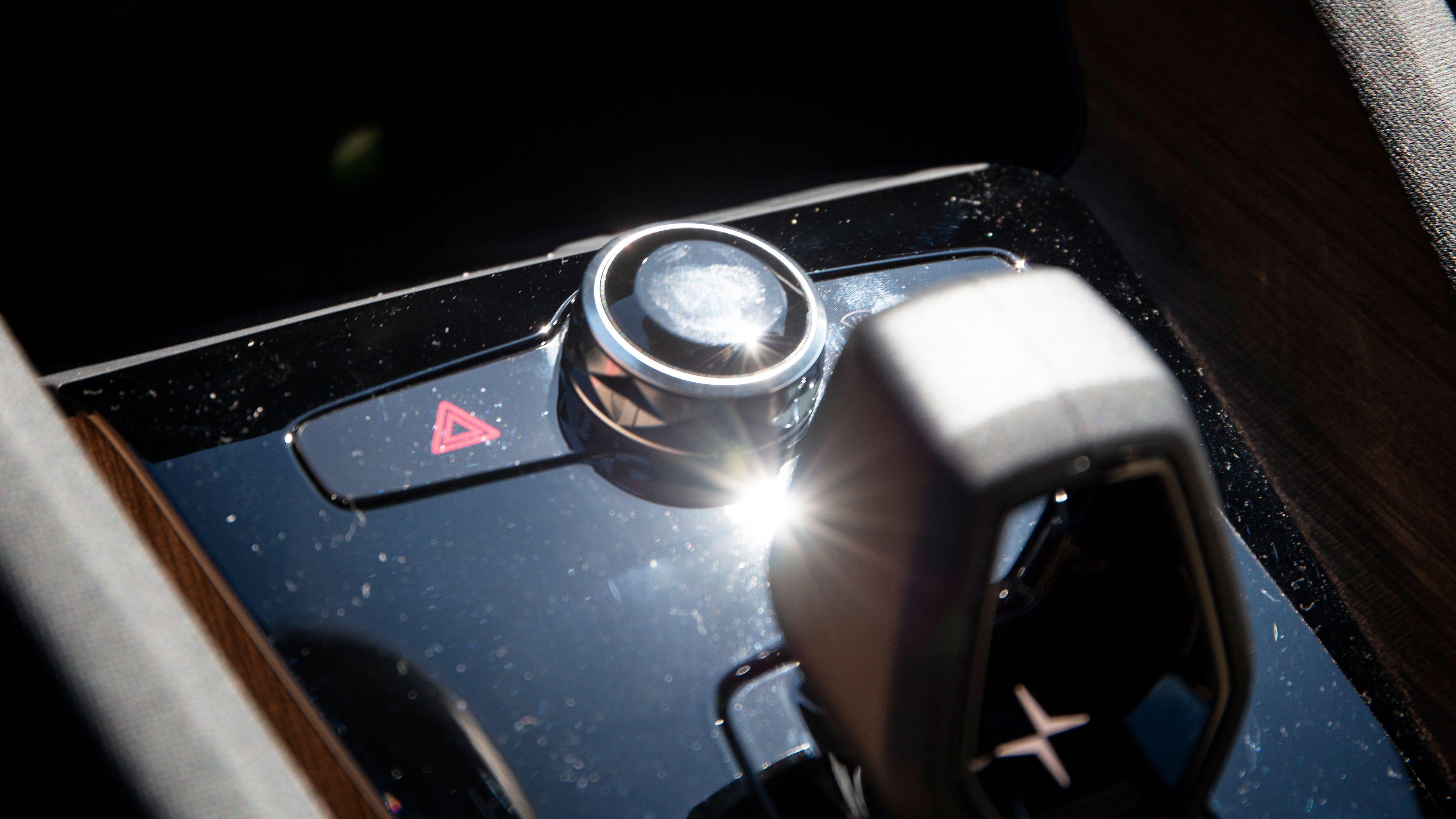 Når sola står høyt på himmelen reflekteres den rett i det blanke belegget rundt «girspaken». Rett i øynene på føreren.