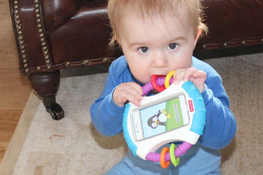 Steffen forsøker å spise mobiltelefonen, men fire tenner er åpenbart ingen utfordring for Fisher-Price-etuiet.