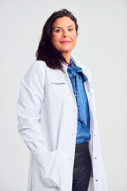 Johanna Gillbro är apotekare, doktor i experimentell dermatologi och grundaren bakom Skinome Project. Hon har även skrivit boken Hudbibeln och gör podden Huddoktorerna.