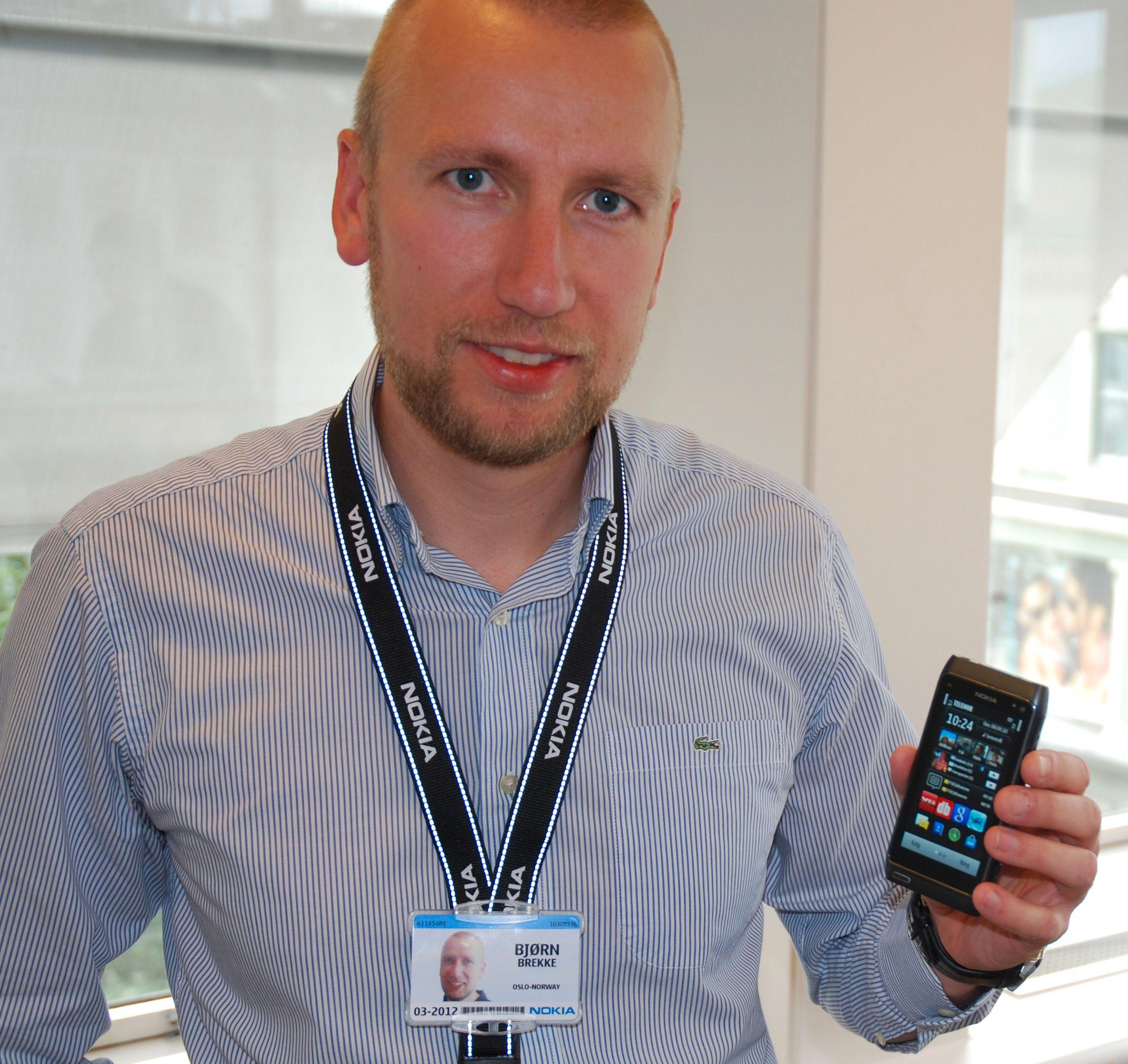 Nokias Bjørn Egil Brekke med N8 under en pressevisning for noen uker siden.